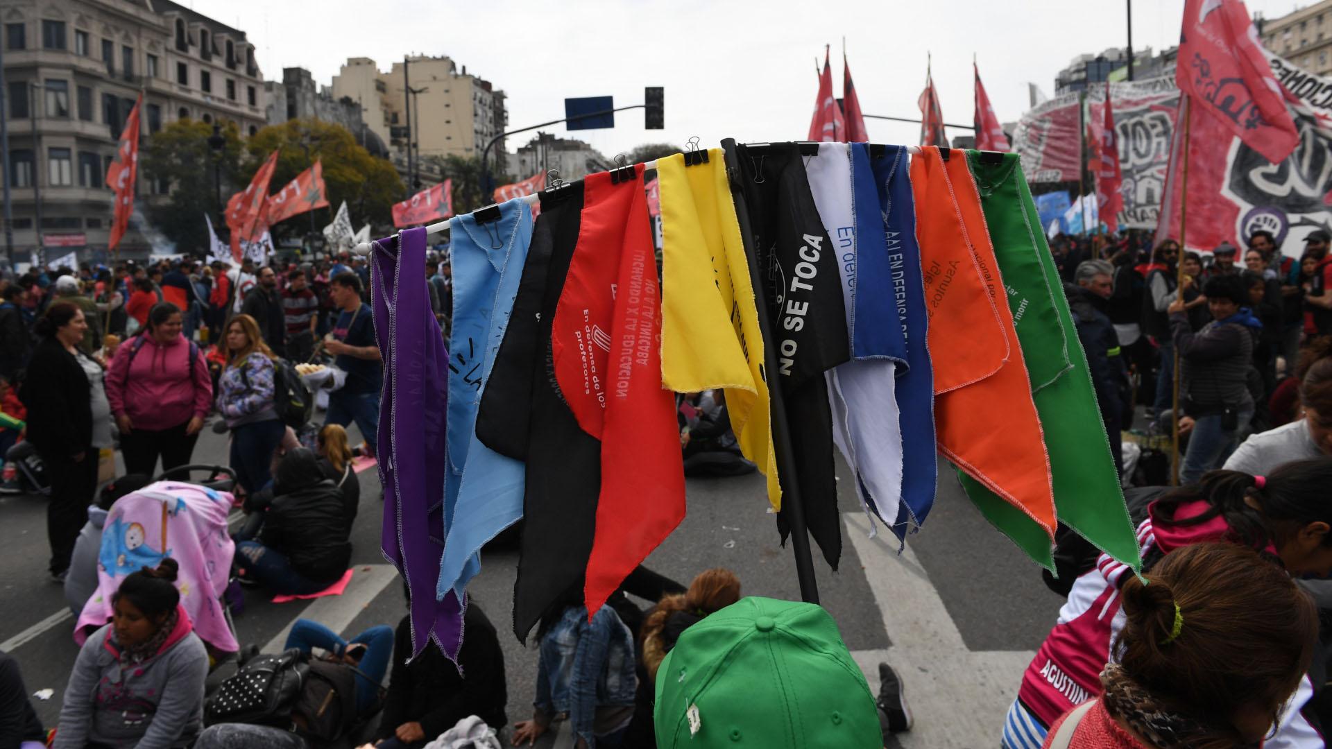 Los pañuelos con diferentes consignas y colores también fueron parte de la marcha