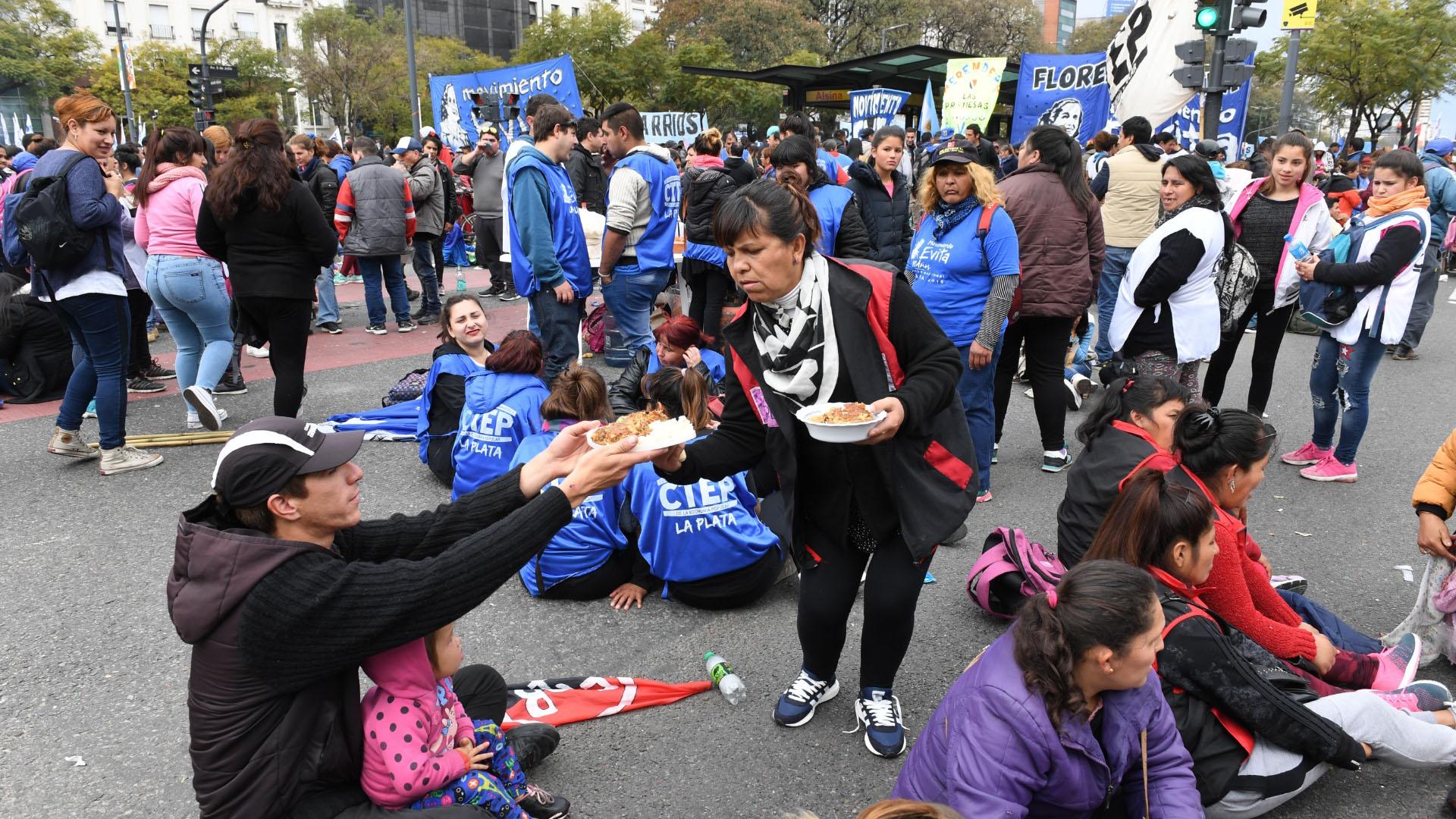 Los manifestantes repartieron platos con comida desde el mediodía