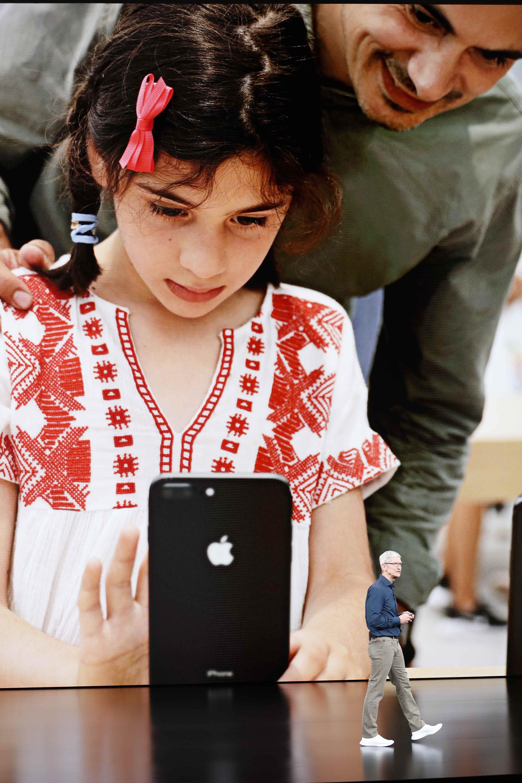 Ese hito es la última gran victoria del jefe ejecutivo de Apple, Tim Cook, quien había sido recibido con escepticismo por el mercado cuando tomó las riendas del grupo en 2011 tras la muerte del co-fundador Steve Jobs en octubre de ese año (Reuters)