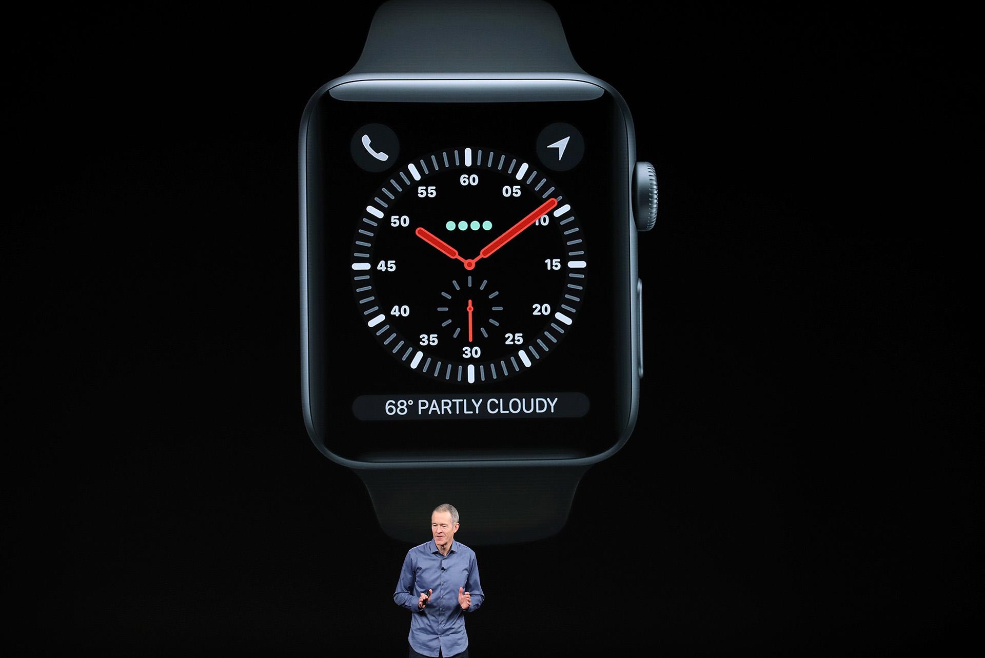 Jeff Williams, director de operaciones de la compañía, brindó los detalles sobre la serie 4 del Apple Watch(AFP)