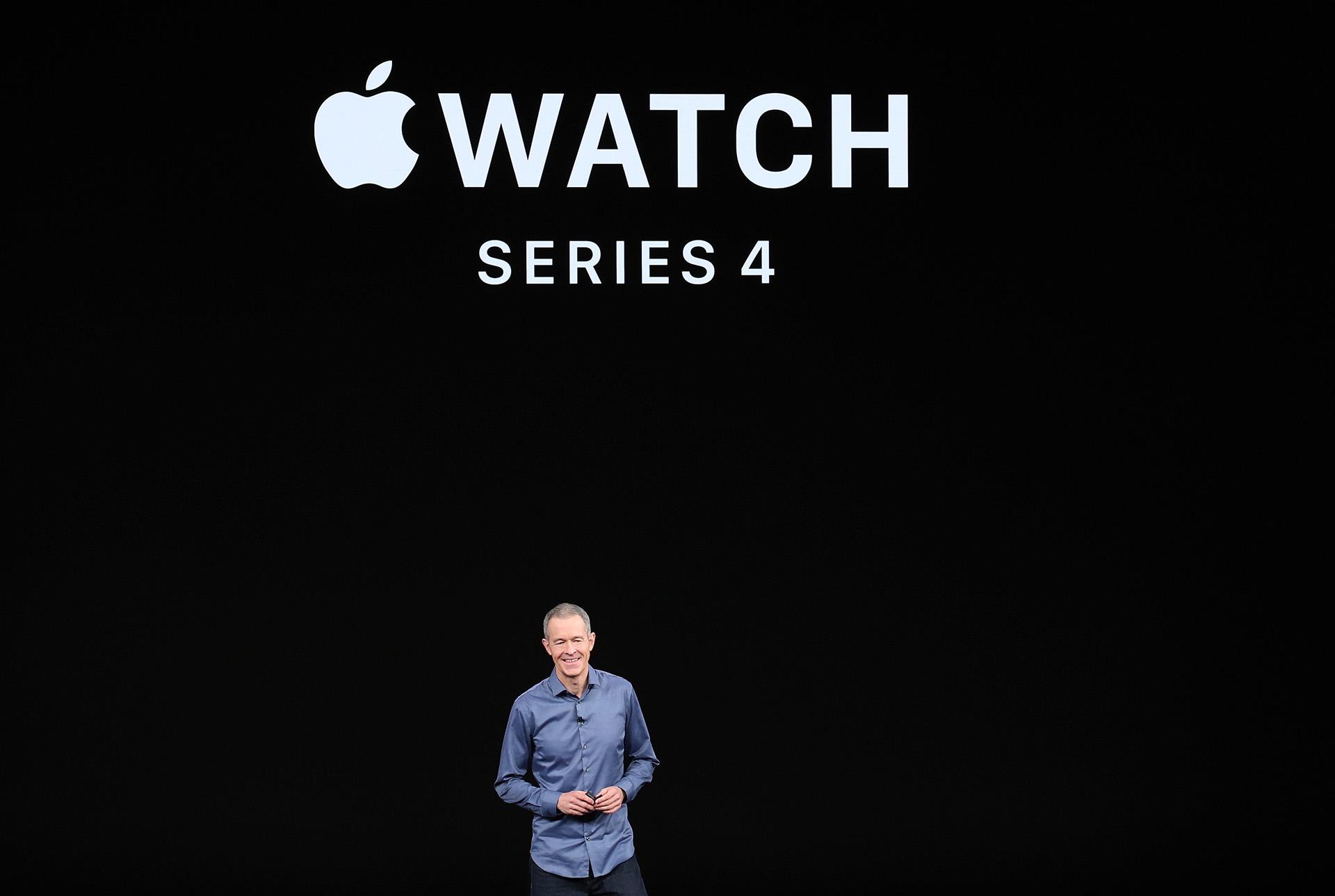 Se trata del mayor rediseño del reloj desde que la empresa californiana lo sacara al mercado en 2015, fundamentalmente gracias a una pantalla que prácticamente prescinde de los marcos -como ya ha sucedido en las últimas versiones del teléfono iPhone-, por lo que las aplicaciones disponen de más espacio para mostrar información (AFP)