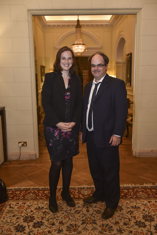 Elizabeth Green, vice embajadora británica, y Oliver Galak, director de Comunicación de la embajada