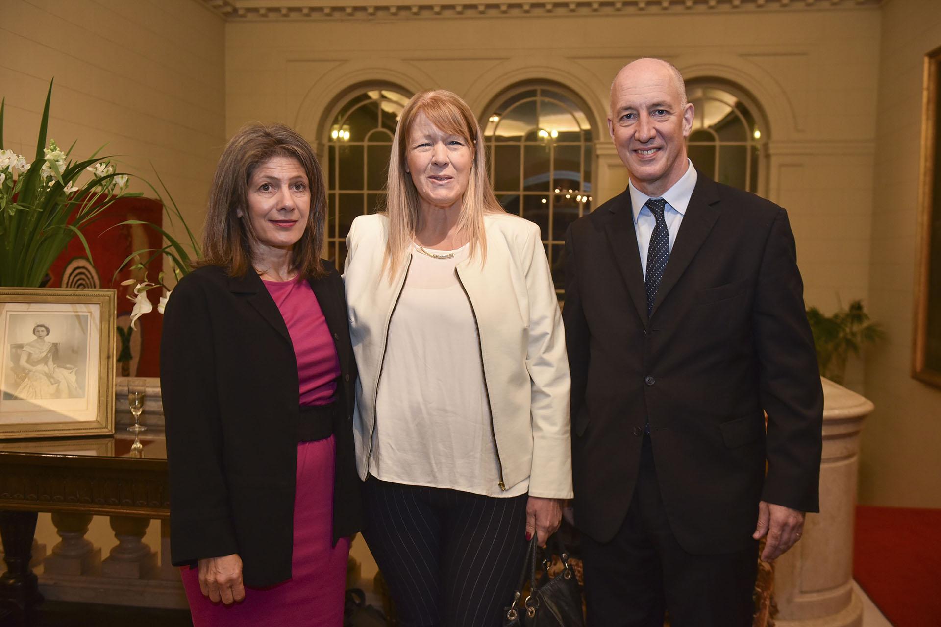 El embajador Mark Kent y su mujer Martine junto a Margarita Stolbizer, quien fue distinguida en la disciplina Legisladores