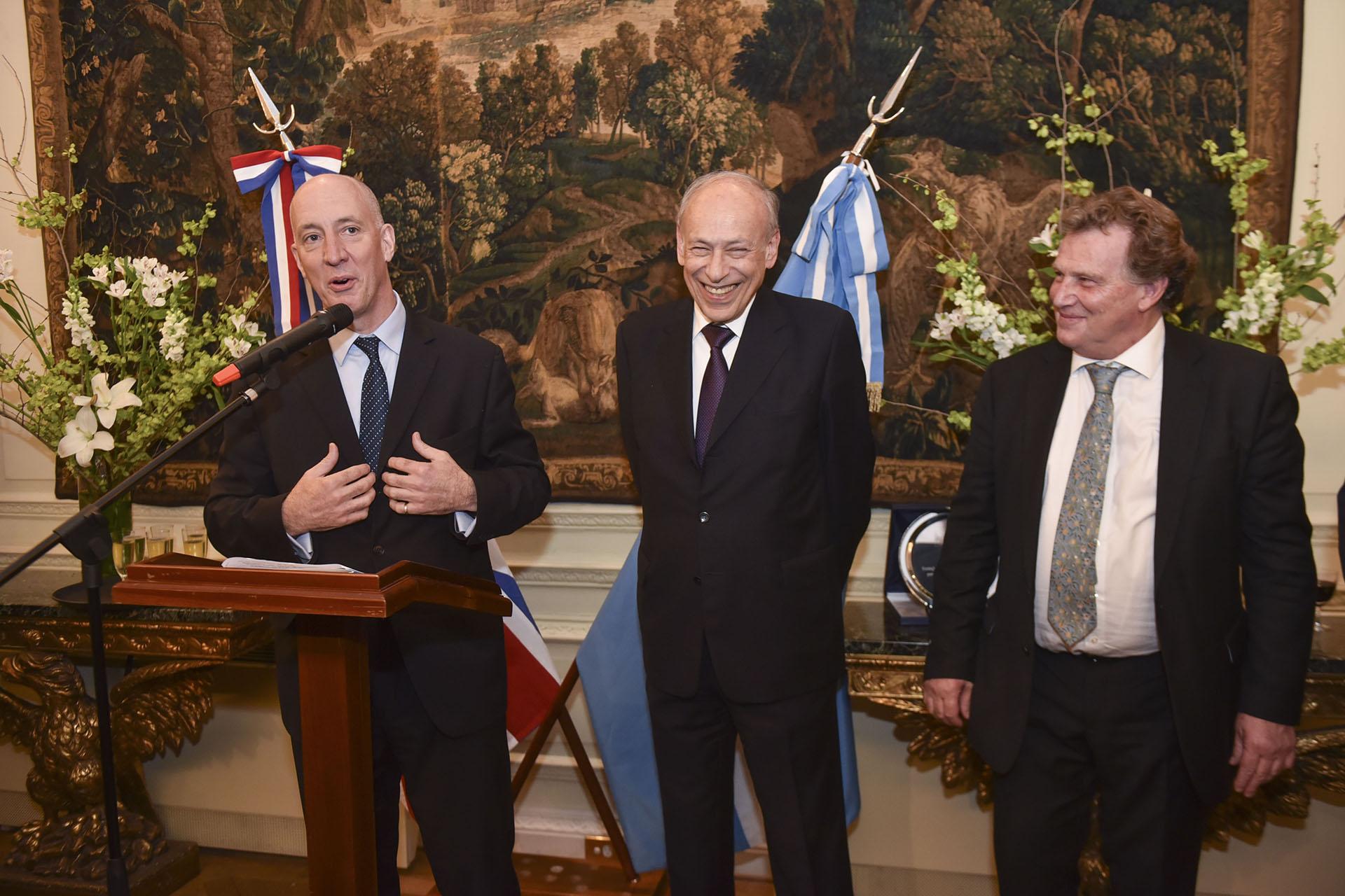 El embajador británico, Mark Kent, durante su discurso acompañado por el presidente de la Fundación Konex, Luis Ovsejevich, y por el embajador argentino ante el Reino Unido, Carlos Sersale di Cerisano
