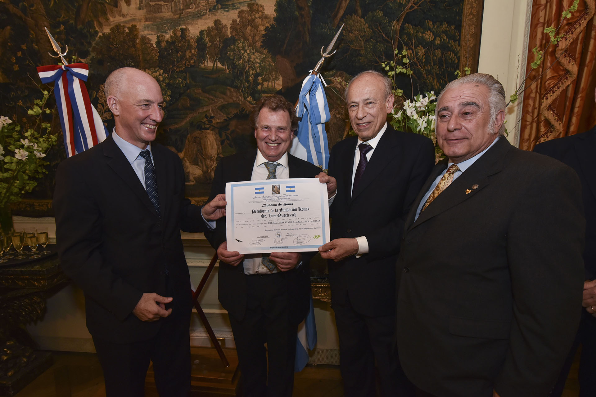 Luis Ovsejevich recibiendo el diploma de honor de la Junta Sanmartiniana Bonaerense