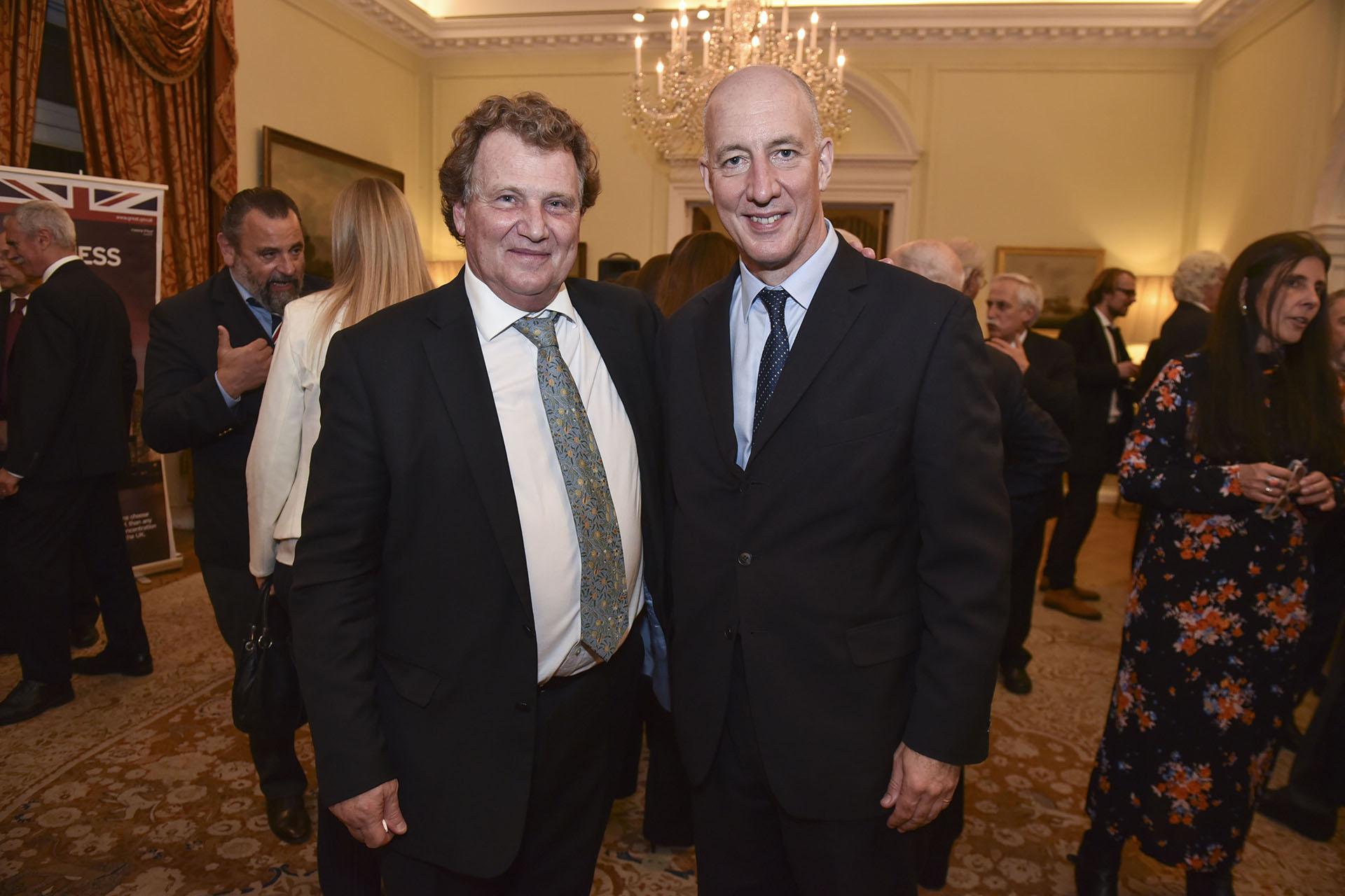 El embajador argentino ante el Reino Unido, Carlos Sersale di Cerisano, junto al embajador británico en la Argentina