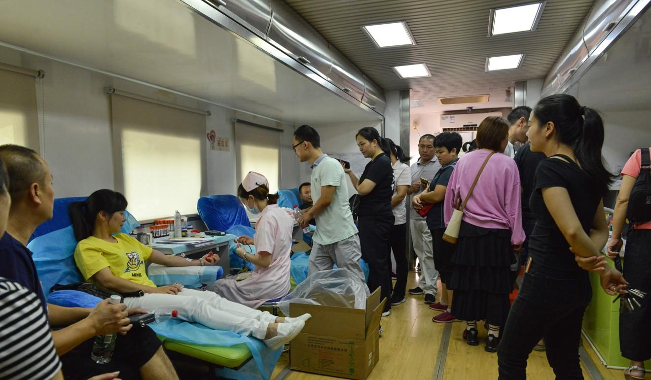 La gente acude a los hospitales para donar sangre para lo heridos (AFP)
