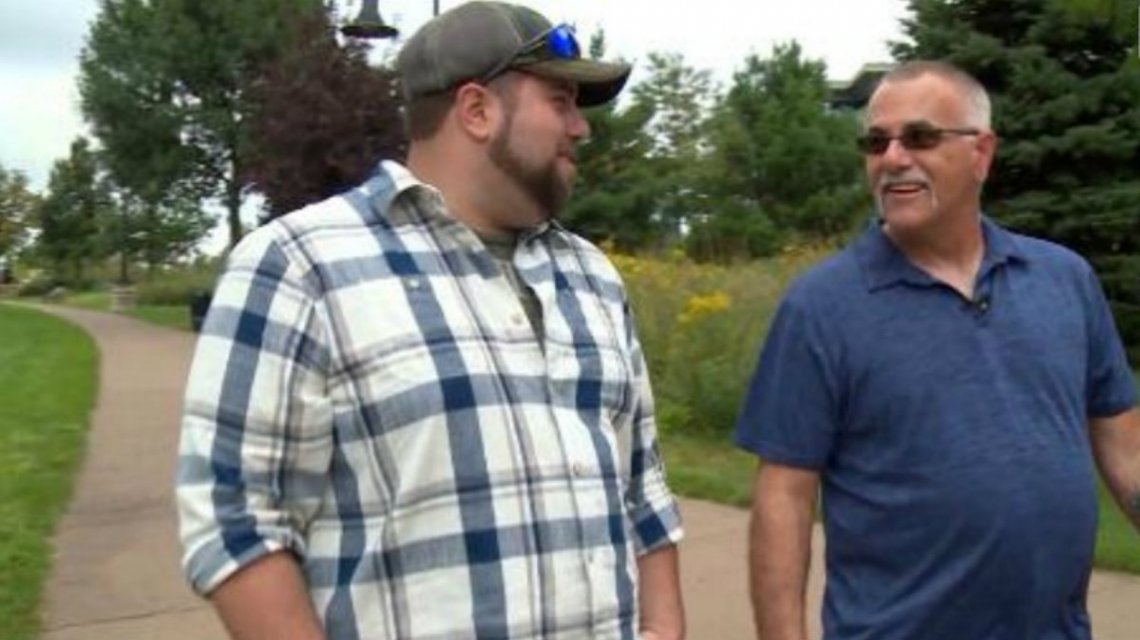 Nathan Boos junto a su padre biológico Robert Degaro (Captura WLAX-TV)