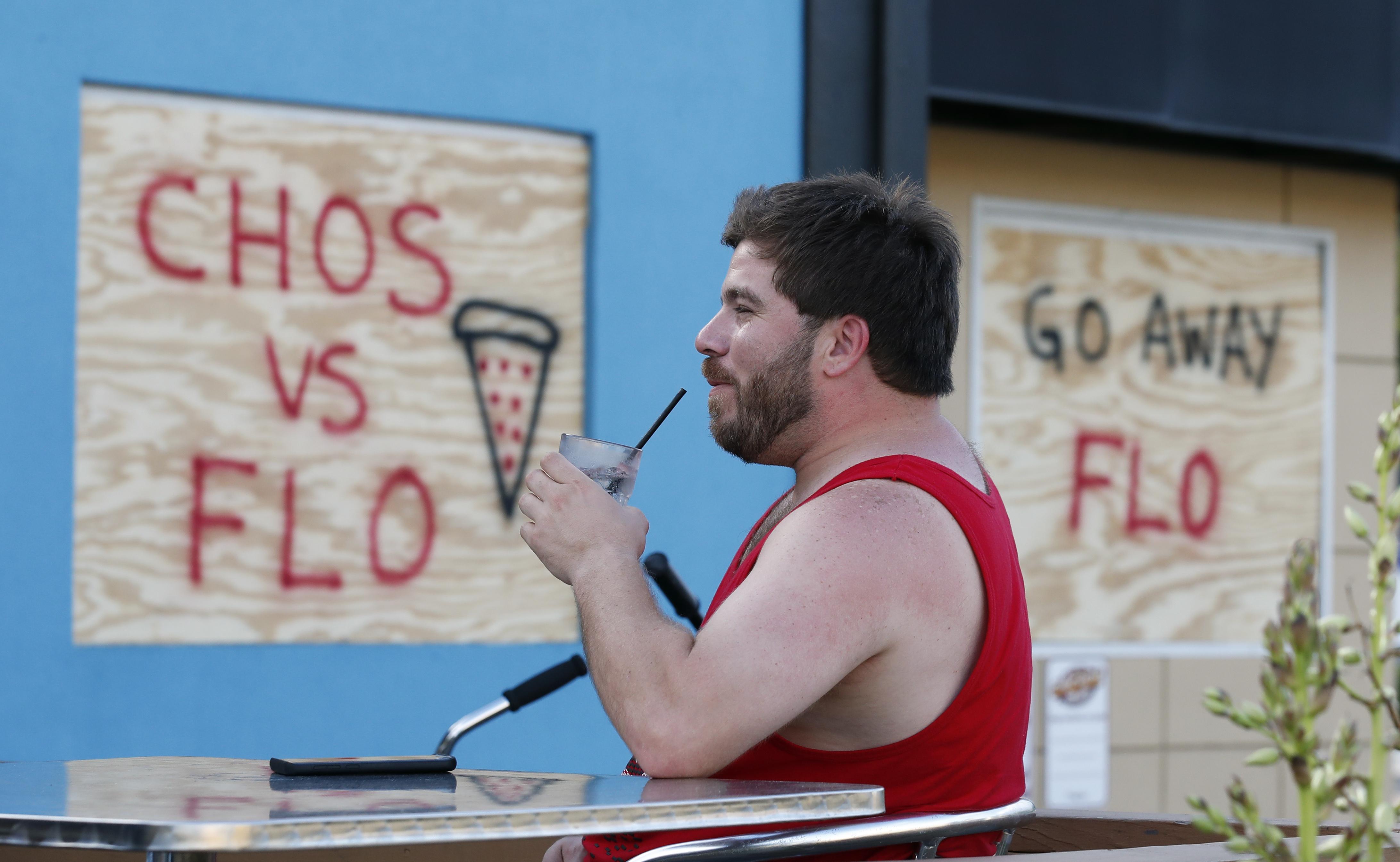 """""""Chos vs. Flo"""", escribieron los empleados del restaurante Chicho's en Virginia Beach (AP)"""