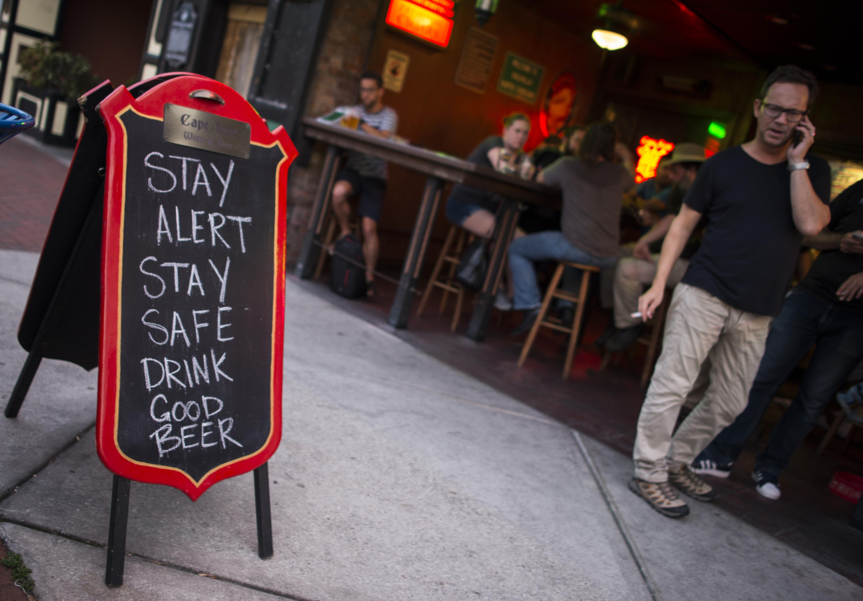 """""""Mantente alerta, mantente a salvo, bebe buena cerveza"""", indica un bar de Wilmington, un día antes de la llegada de las tormentas"""