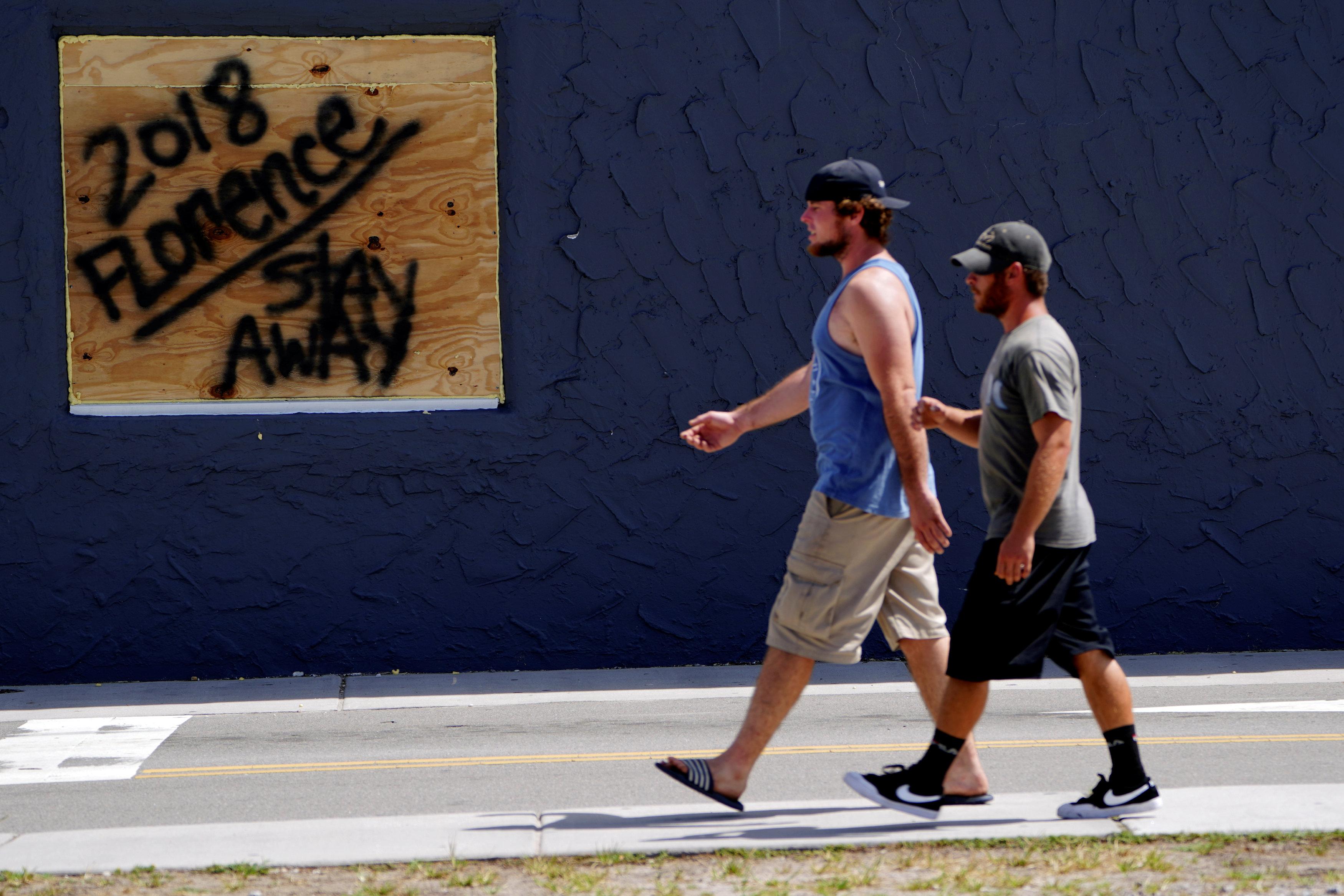 """""""Manténganse alejados"""", pide un mensaje en Carolina Beach"""