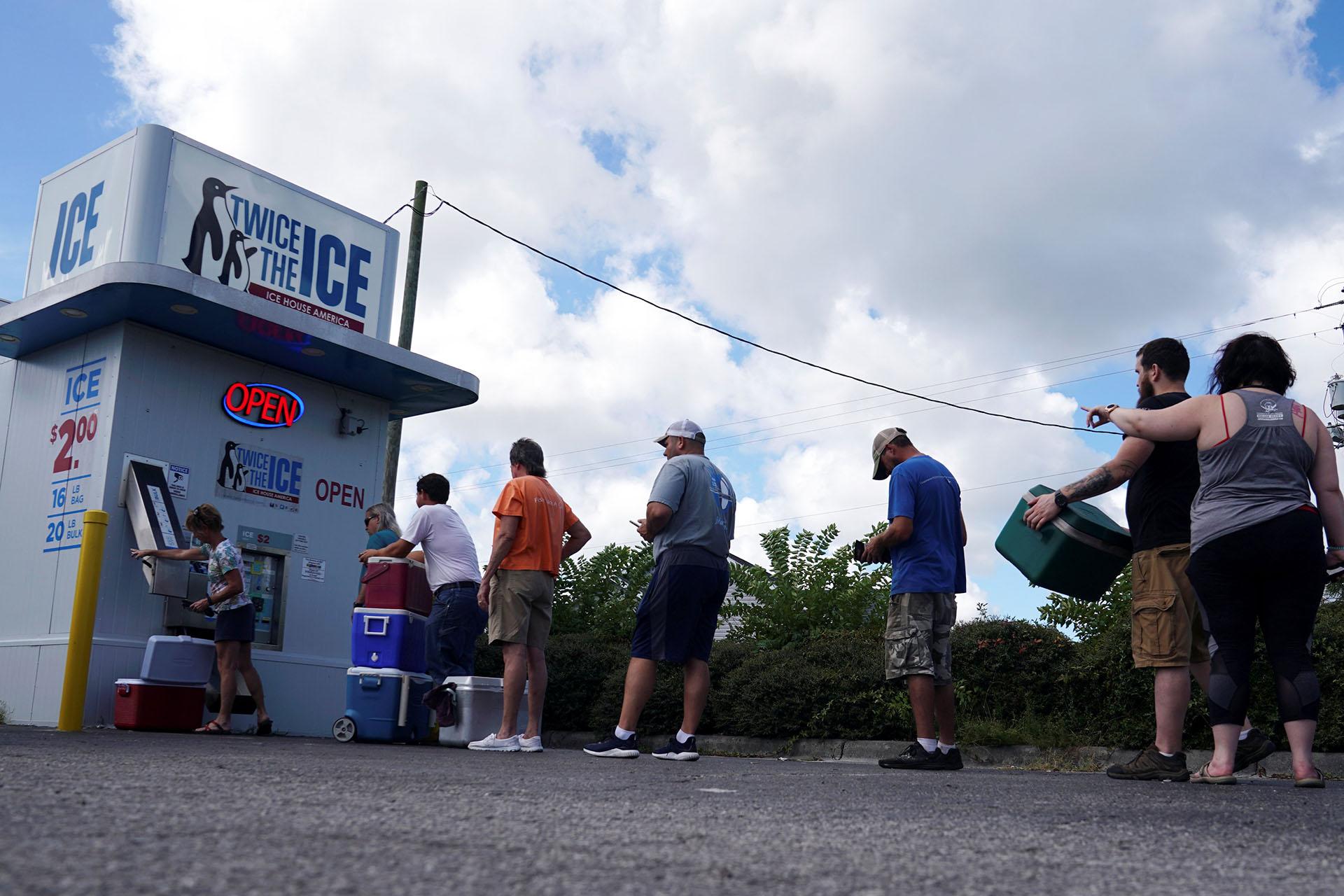 La gente se prepara y buscan hielo antes de que el huracán Florence llegue a la costa en Carolina Beach, Carolina del Norte, EE. UU., 12 de septiembre de 2018 (REUTERS / Carlo Allegri)