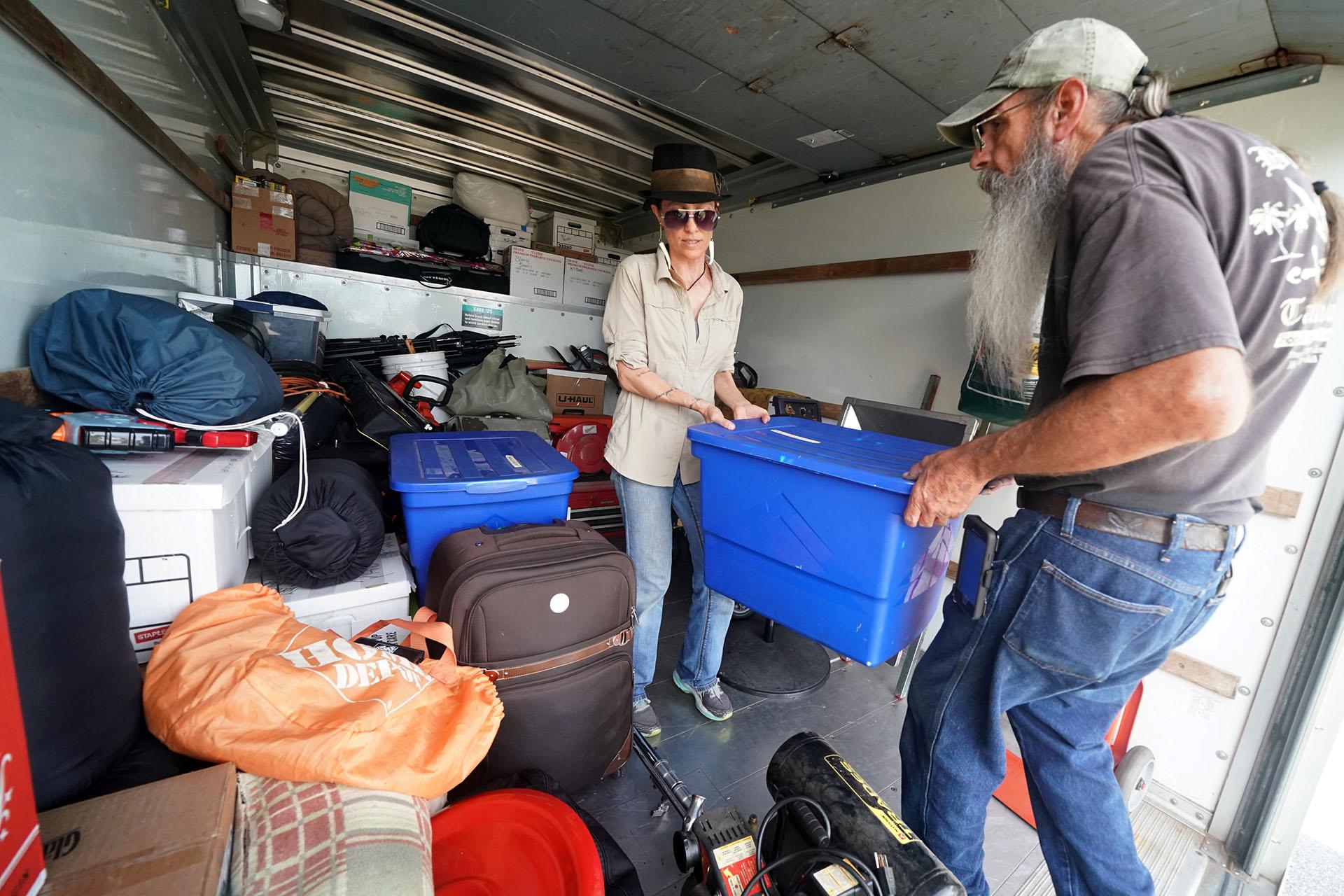 Blaire Johnson y Mike Driver cargan sus pertenencias en un camión de alquiler antes de que el huracán Florence llegue a la costa en Carolina Beach (REUTERS / Carlo Allegri)
