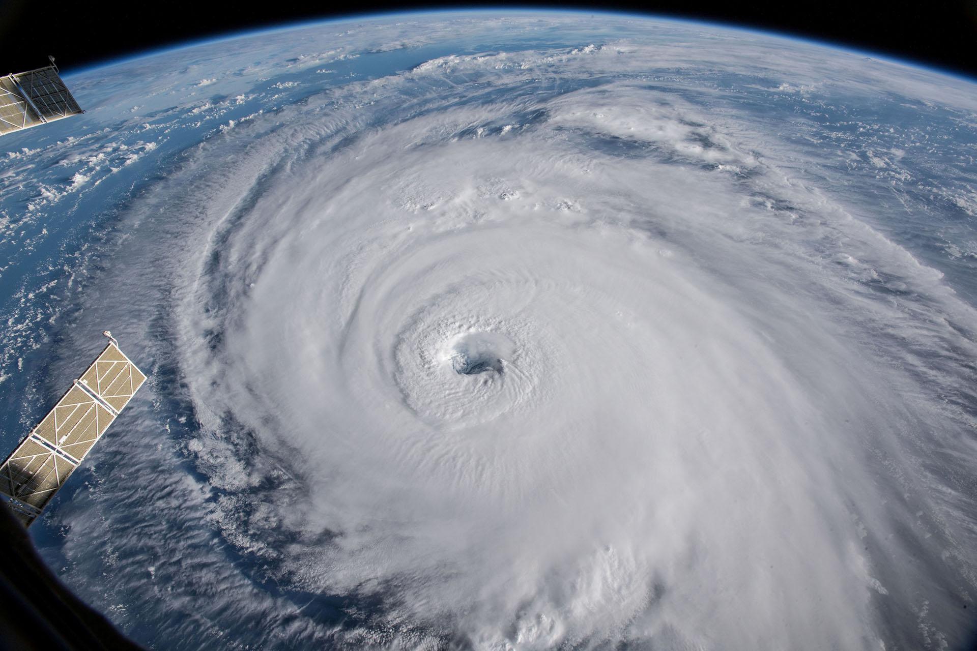 Una vista del huracán Florence tomada por cámaras fuera de la Estación Espacial Internacional muestra cómo se desplaza en el Océano Atlántico en dirección oeste, noroeste hacia la costa este de los Estados Unidos (REUTERS)