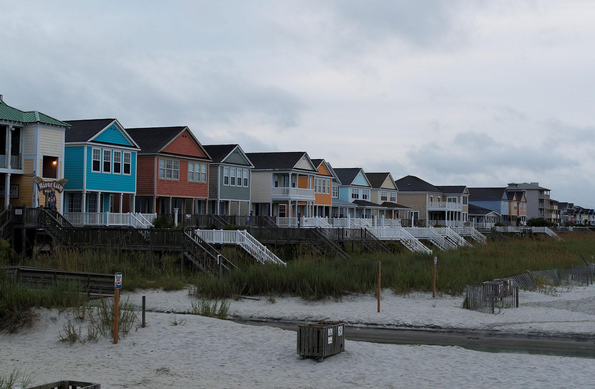 Las casas a orillas del océano están vacías antes de la llegada del huracán Florence en Surfside Beach, Carolina del Sur, EEUU (REUTERS / Randall Hill)