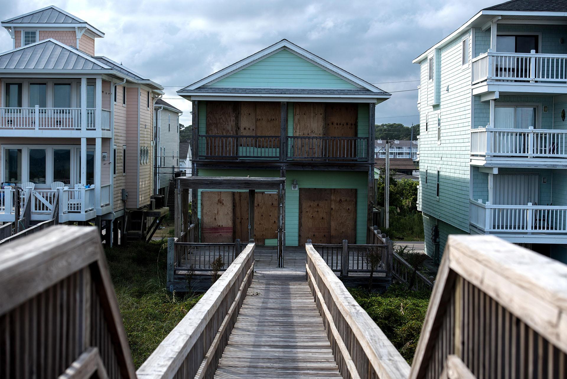 Vista de una casa vacía después de que la familia fuera evacuada ante la llegada del huracán Florence en Carolina Beach, Carolina del Norte, Estados Unidos (EFE/CAITLIN PENNA)