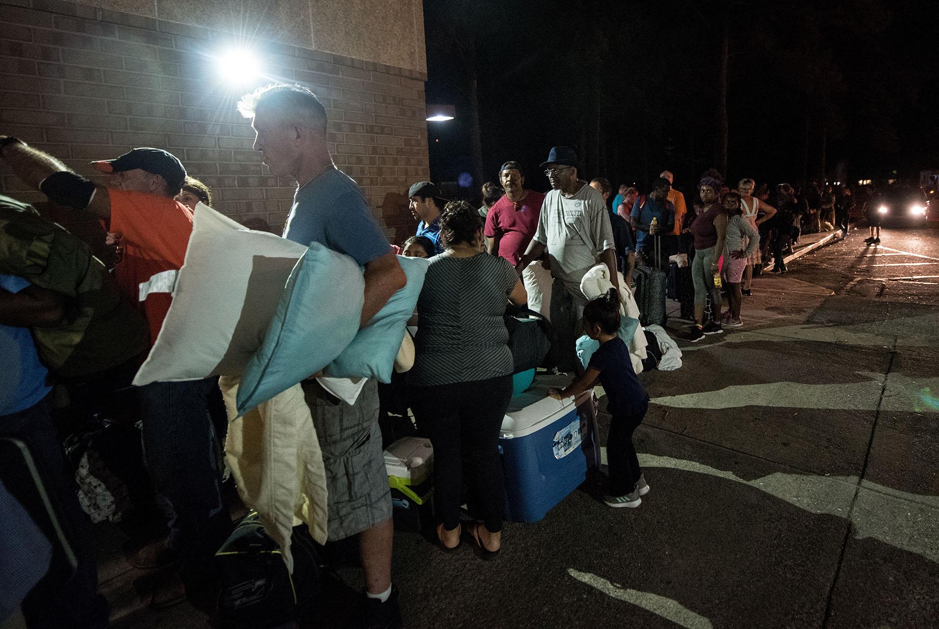 Personas evacuadas buscan refugio en la escuela secundaria Emma B. Trask ante la llegada del huracán Florence en Wilmington, Carolina del Norte (EFE/CAITLIN PENNA)