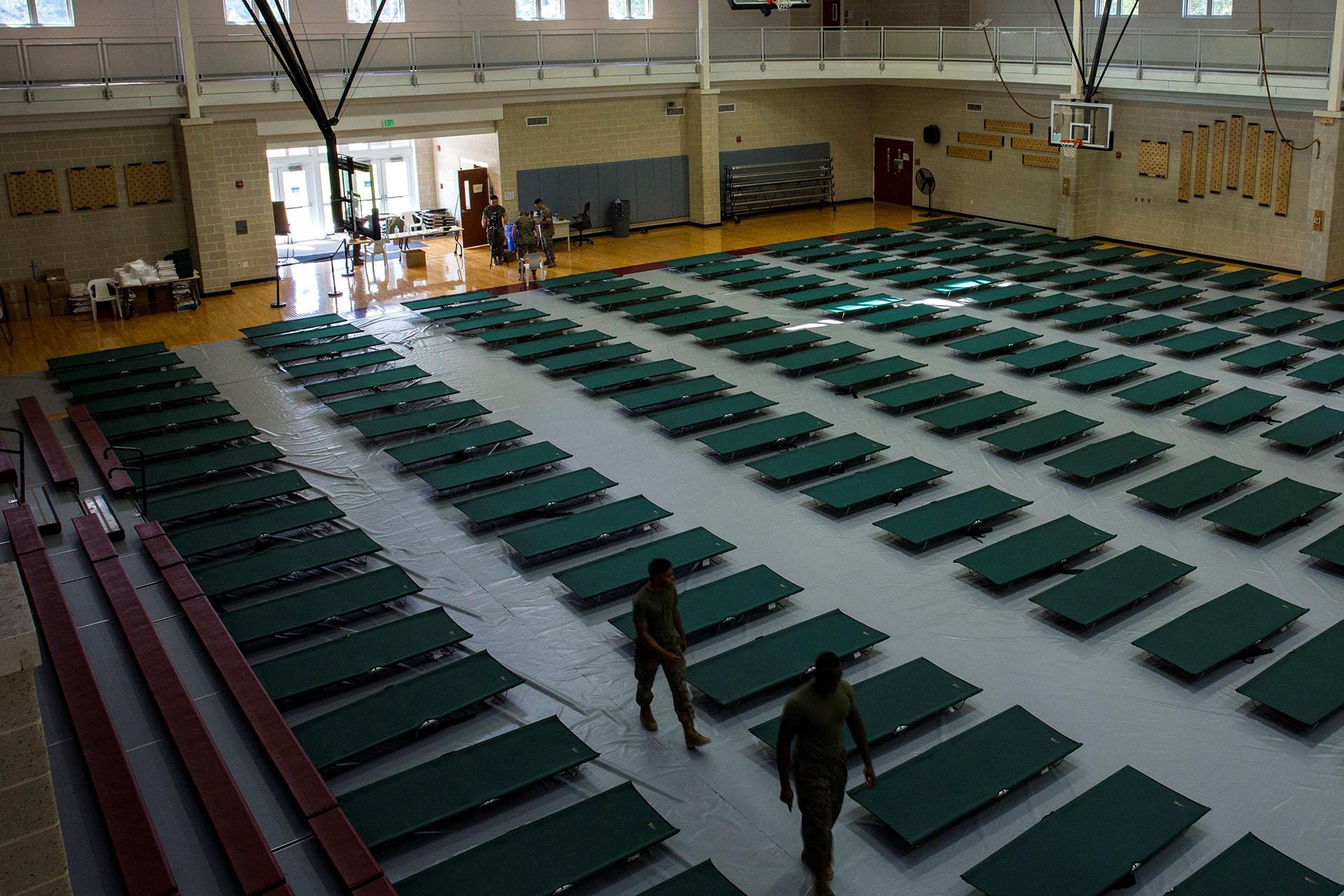 Vista de las camas que han sido instaladas en un pabellón de la Base del Cuerpo de Marines Camp Lejaune en previsión a la llegada del huracán Florence, en Jacksonville, Carolina del Norte, EEUU (EFE/Foto cedida por el Cuerpo De La Marina De EEUU)