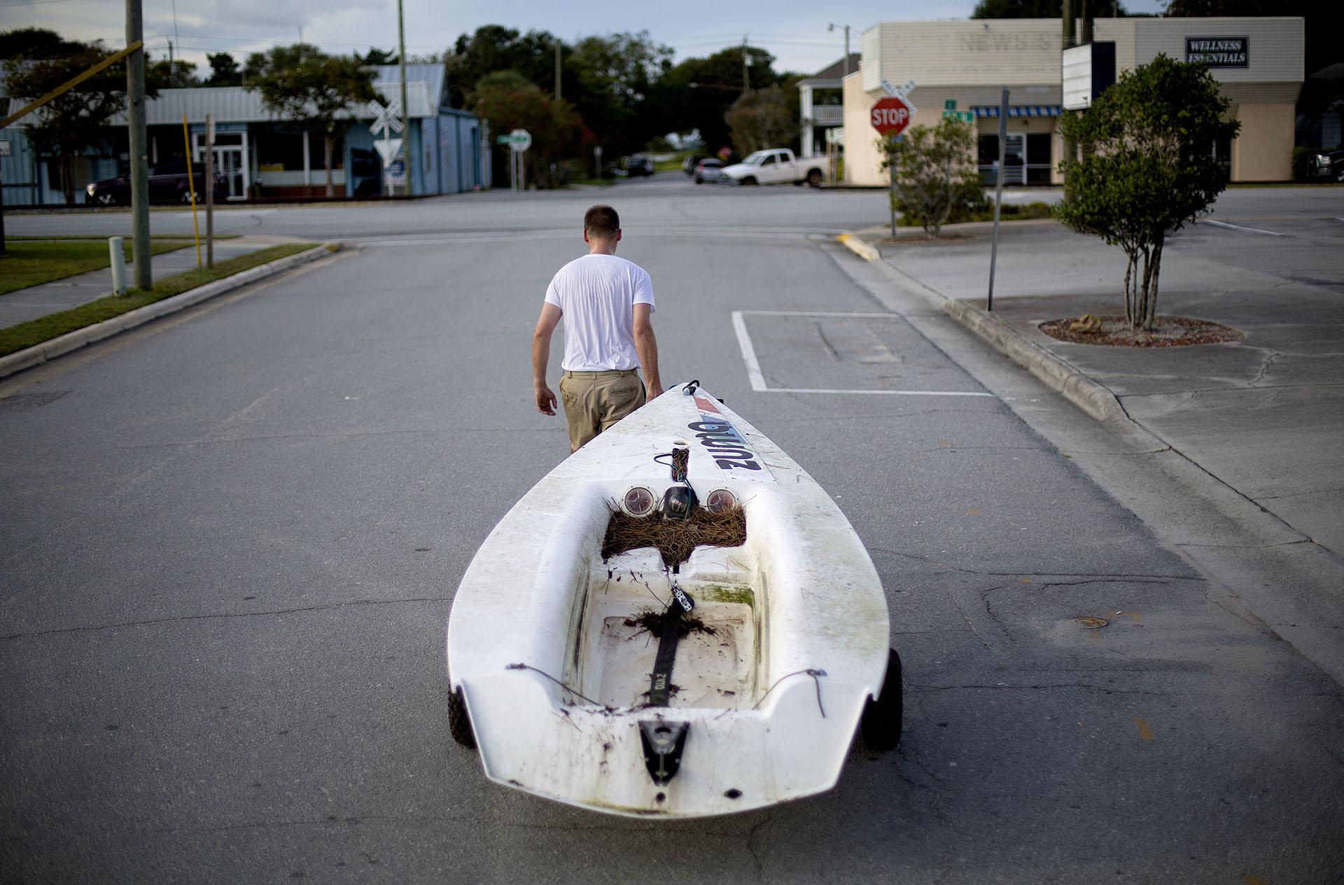 Emmett West saca su bote de un puerto deportivo cercano para asegurarlo en su casa frente al huracán Florence en Morehead City, Carolina del Norte (AP Photo/David Goldman)