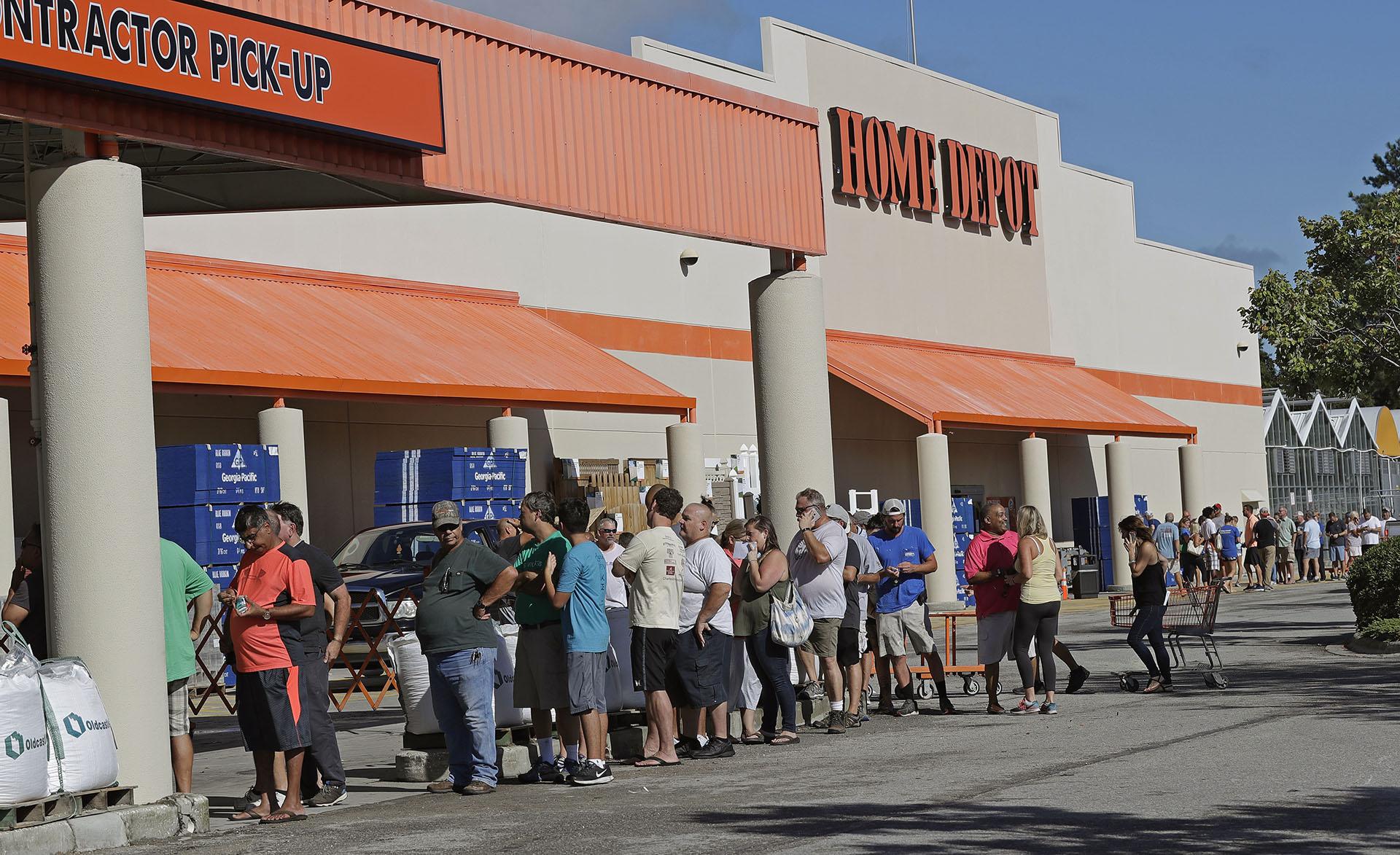 Las personas se alinean frente a Home Depot para abastecersede generadores y contrachapados antes del huracán Florence en Wilmington, Carolina del Norte (AP Photo/Chuck Burton)