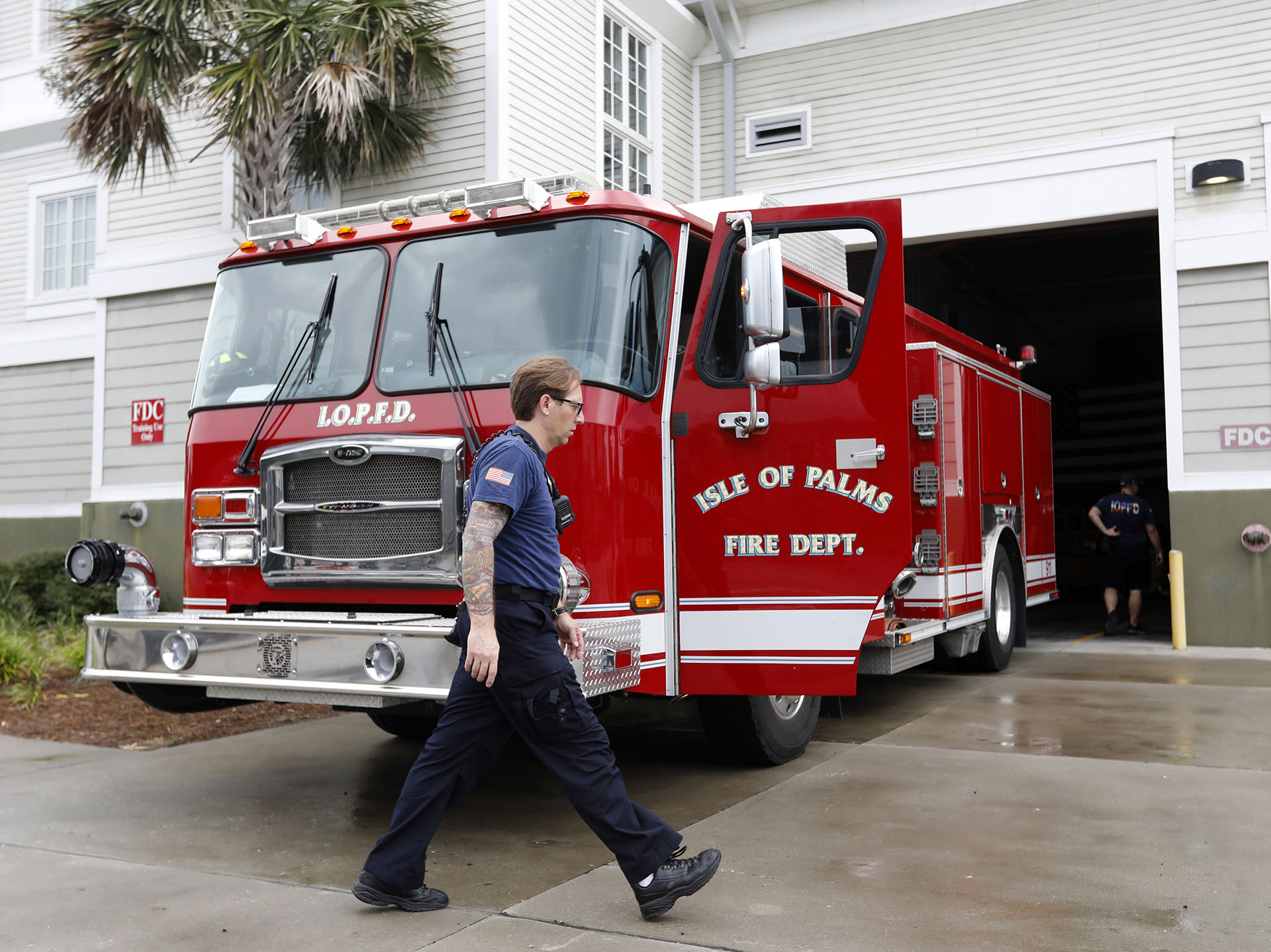 Victor Lawrence, del departamento de bomberos de la Isla de Palms, se prepara para conducir por la isla anunciando que el gobernador ordenó una evacuación obligatoria en la Isla de Palms, Carolina del Sur (AP Photo/Mic Smith)