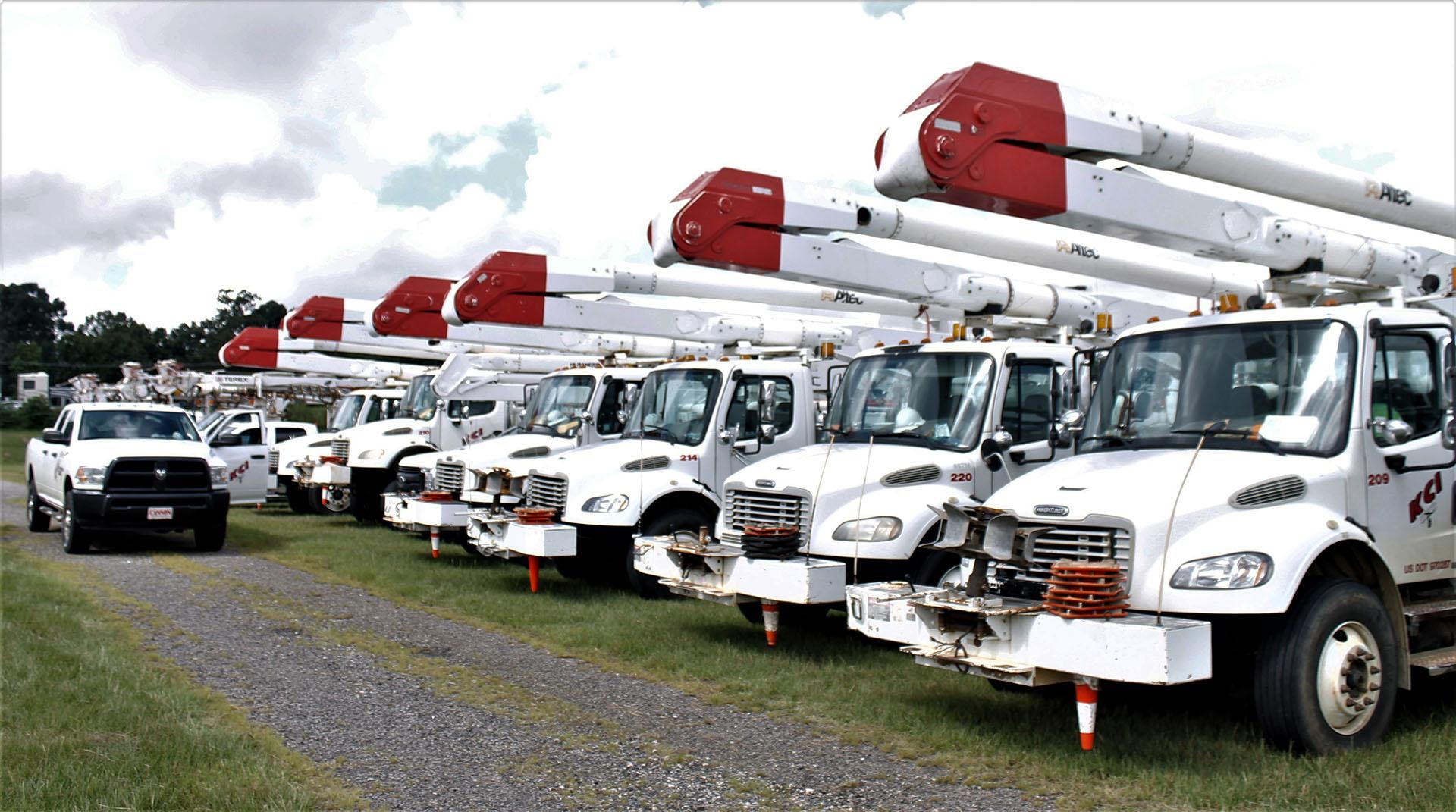 Los camiones se organizaron antes de un viaje a Wilmington, Carolina del Norte, para ayudar con los esfuerzos de restauración de energíatras el paso del huracán Florence (Foto AP / Skip Foreman)