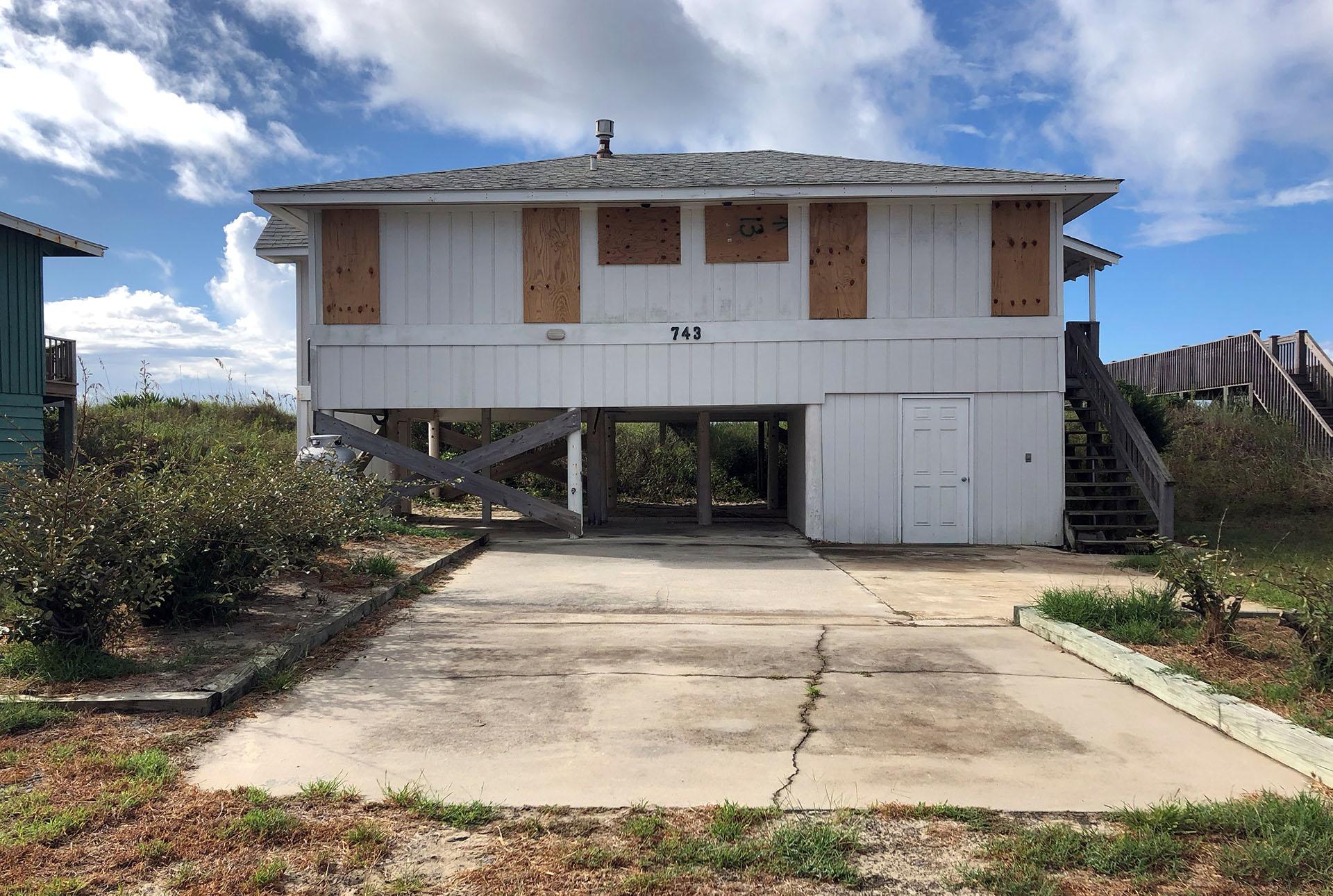 Una casa frente a la playa está tapiadaante la amenazadel huracán Florence en Holden Beach, Carolina del Norte, EEUU (REUTERS/Anna Driver)
