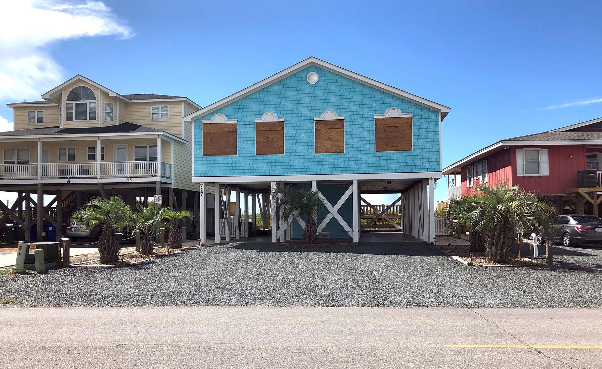 Las casas tapiadas antes de la llegada del huracán Florence, en Holden Beach, Carolina del Norte (REUTERS/Anna Driver)