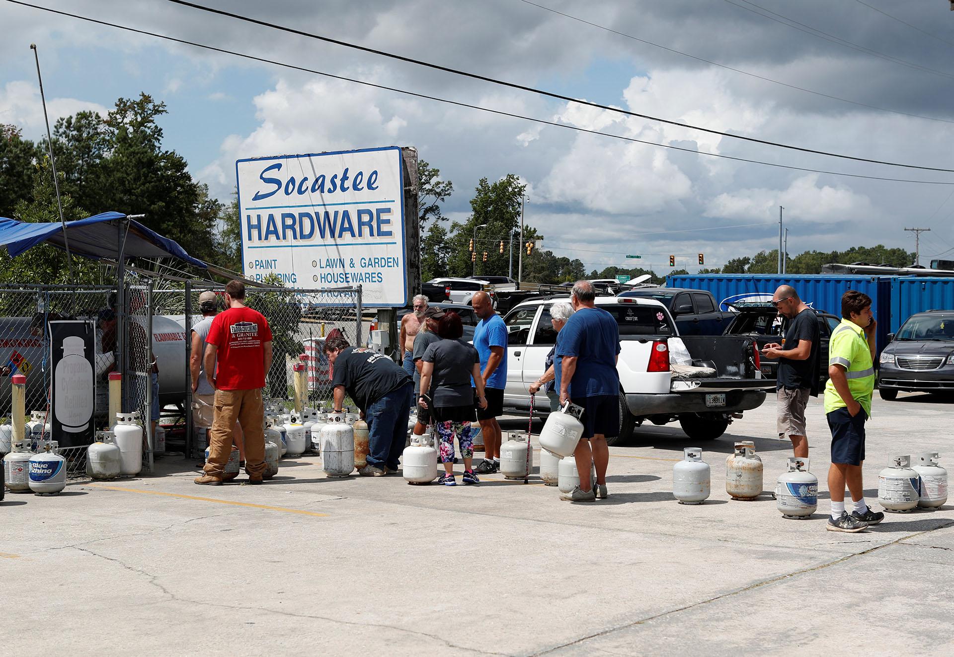 Personasse alinean para comprar gas propano en laferretería Socastee, antes de la llegada del huracán Florence a Myrtle Beach, Carolina del Sur (REUTERS/Randall Hill)
