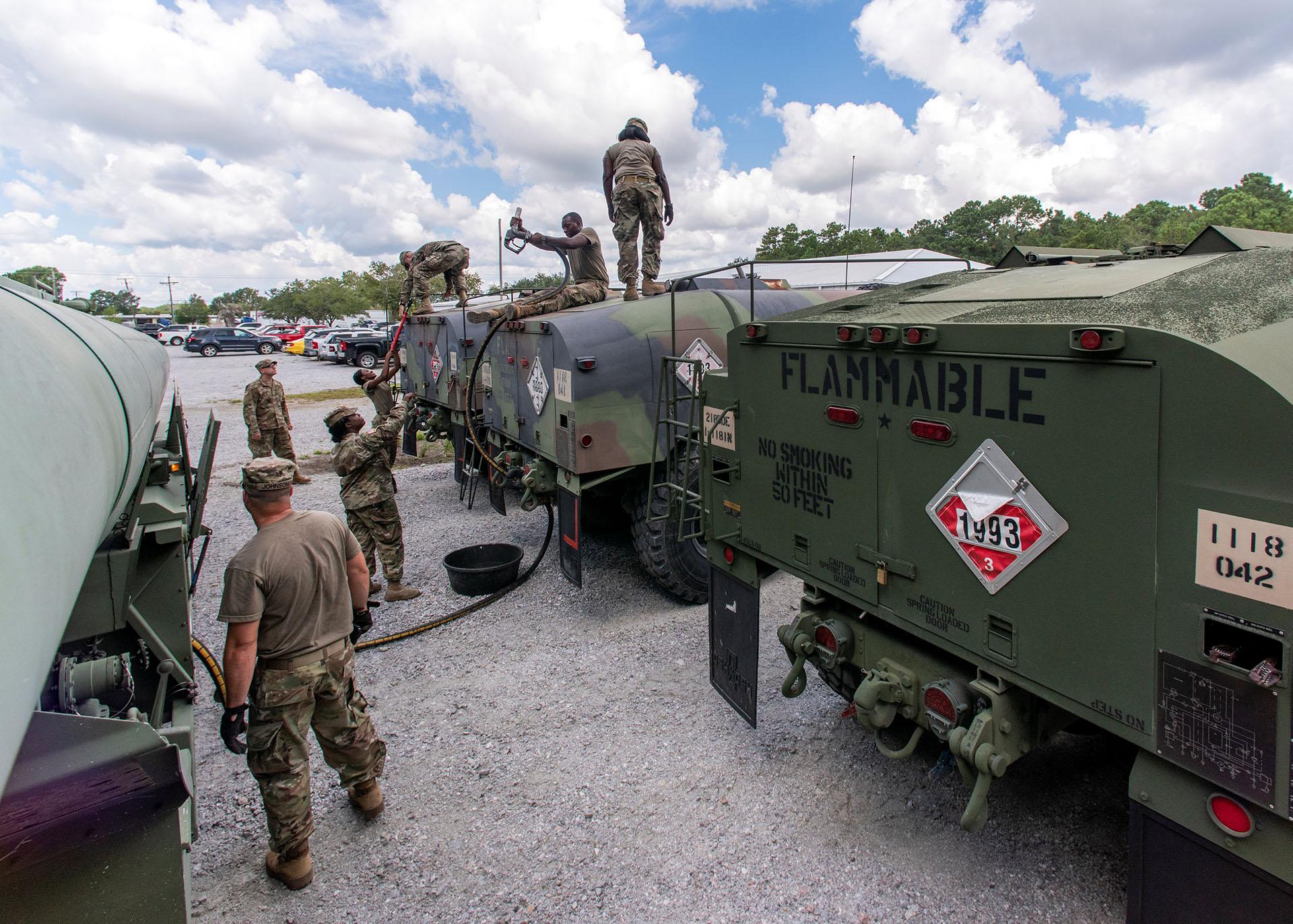 Los soldados de la Guardia Nacional de Carolina del Sur transfieren combustible diesel a granel a los camiones cisterna de combustible para su distribución antes del huracán Florence, en North Charleston, Carolina del Sur (Sargento del Ejército de EEUU Brian Calhoun / Folleto a través de REUTERS)