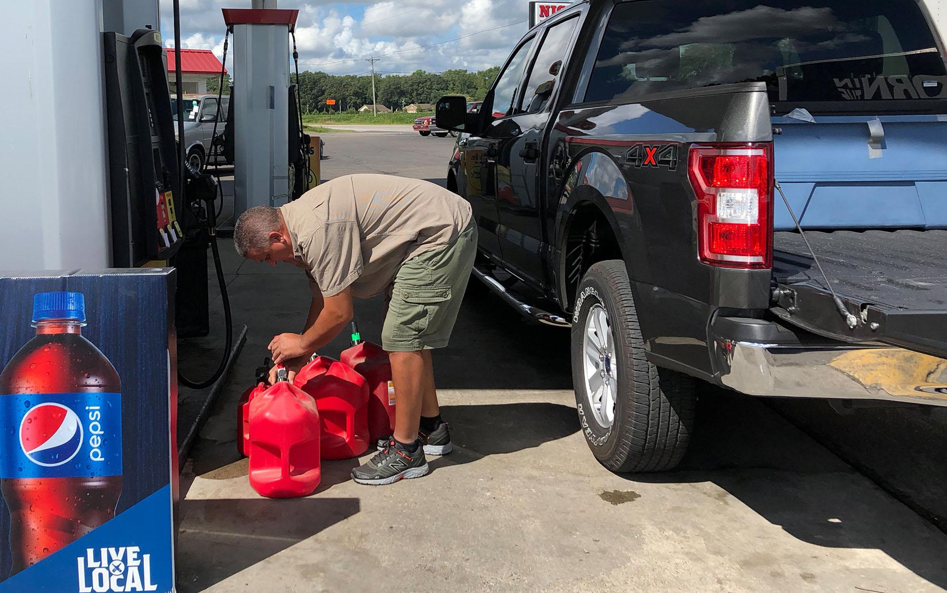 Trent Bullard llena contenedores de gasolina para su generador antes del huracán Florence en Pembroke, Carolina del Norte (REUTERS/Anna Driver)
