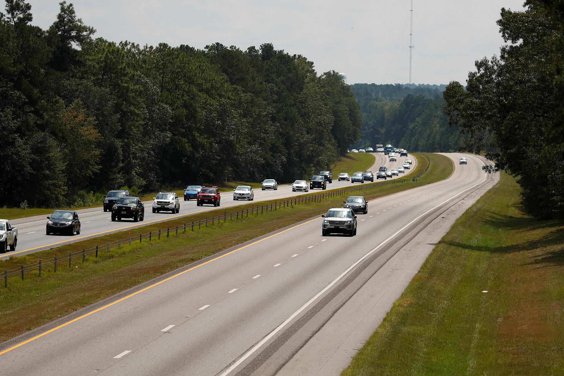 Cientos de autosviajan hacia el oeste por la carretera interestatal 26 antes de la llegada del huracán Florence cerca de Orangeburg, Carolina del Sur (REUTERS/Chris Keane)