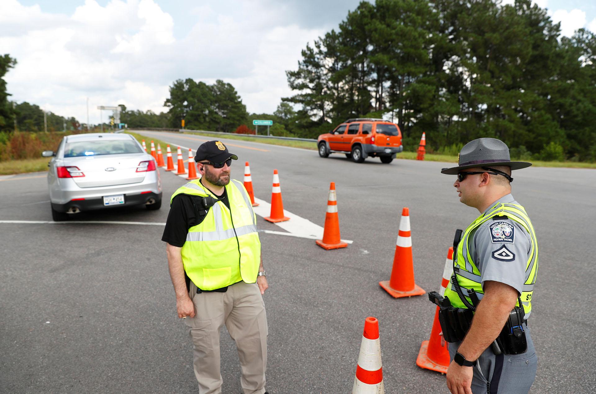 Los agentes de policía vigilan el tráfico en una entrada a la Interestatal 26 antes de la llegada del huracán Florence cerca de Orangeburg, Carolina del Sur (REUTERS/Chris Keane)