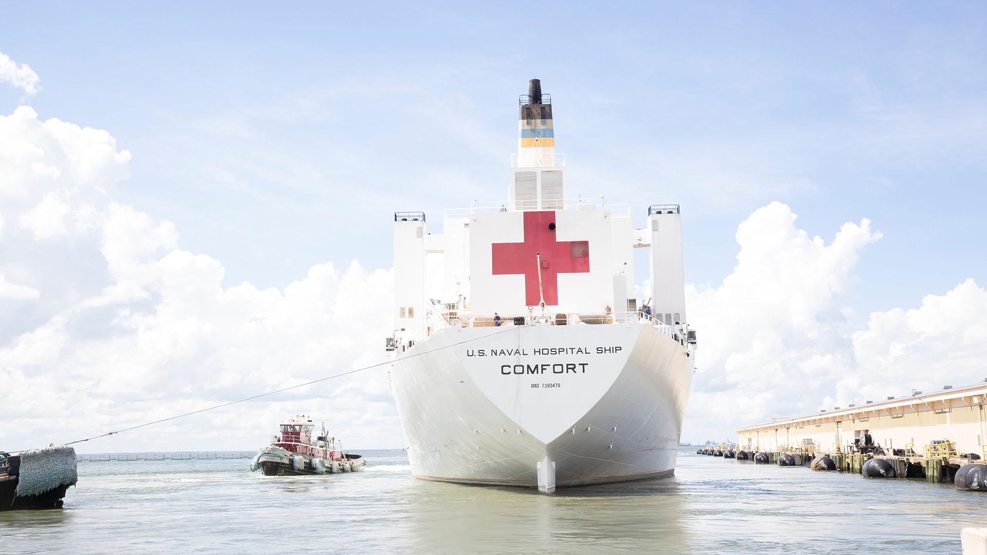 El buque hospital estadounidense USNS Comfort sale de la Estación Naval Norfolk antes de la llegada huracán Florence en Norfolk, Virginia (Ricks/Handout via REUTERS)
