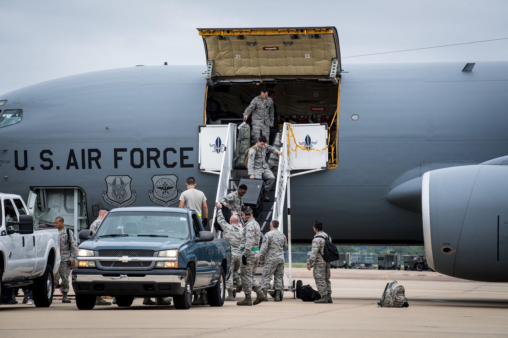 El personal de la Fuerza Aérea estadounidense de la Base Aérea Seymour Johnson, Carolina del Norte, llega durante una evacuación antes del huracán Florence, en la Base de la Fuerza Aérea Barksdale, Luisiana (Fuerza Aérea de EEUU, Sydney Campbell/Handout via REUTERS)