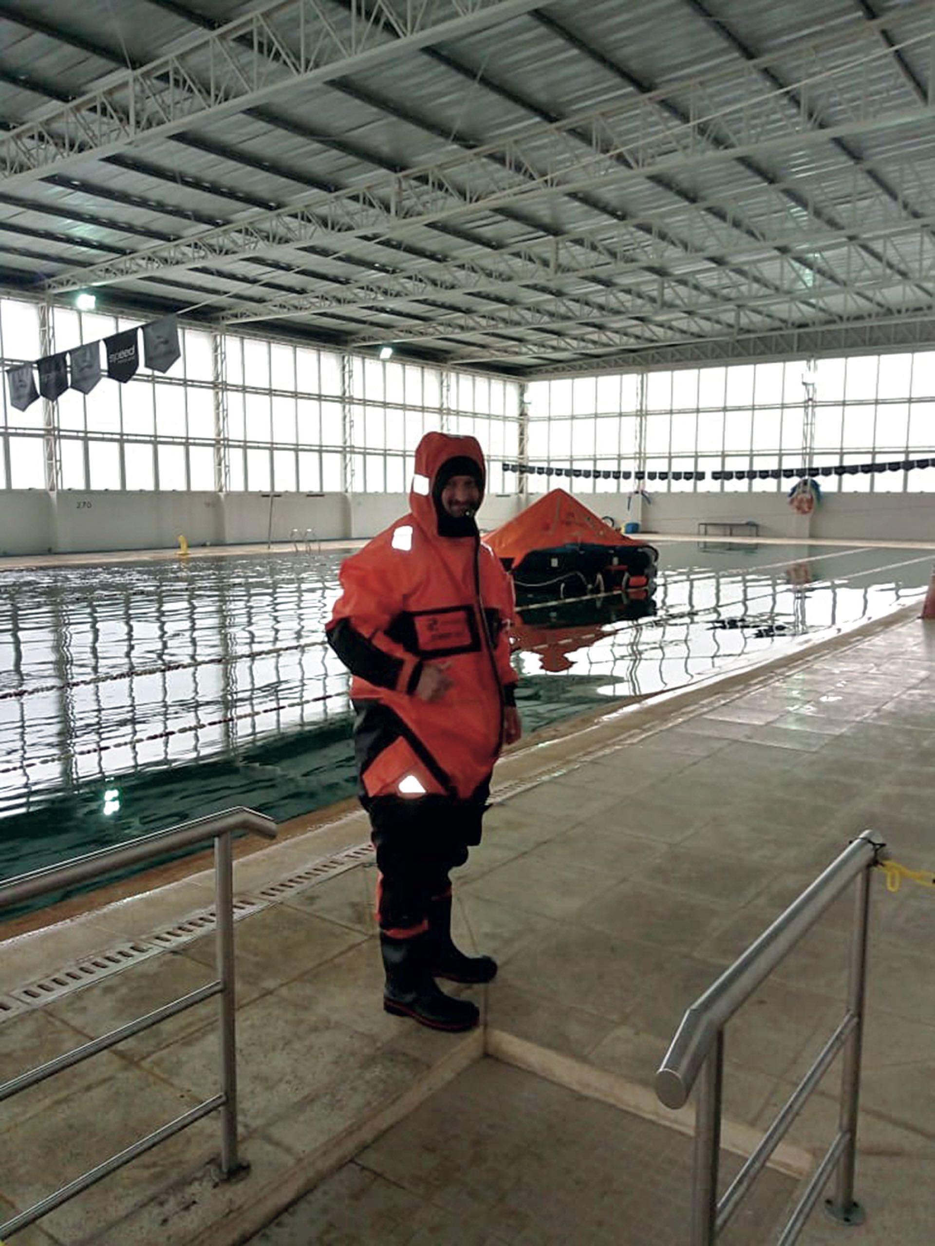 Luis Tagliapietra en el curso de supervivencia y abordaje de balsas salvavidas.
