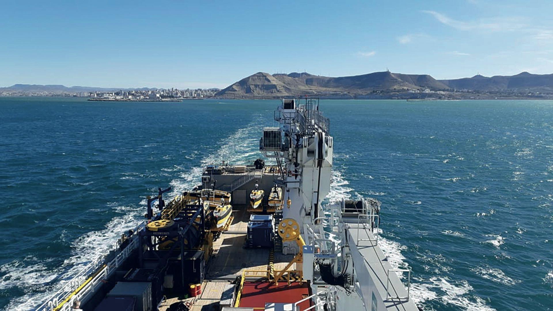 Durante la navegación trabajarán más de 40 tripulantes, marinos y técnicos, que se turnarán para garantizar la eficiencia operativa.