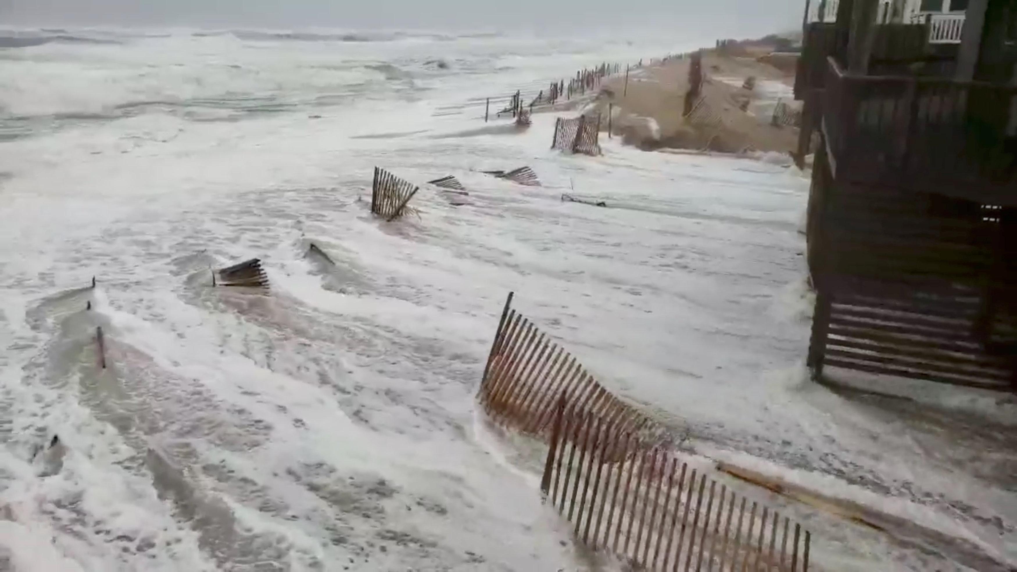 El mar comienza avanza tierra adentro enAvon, Carolina del Norte (NC via REUTERS)