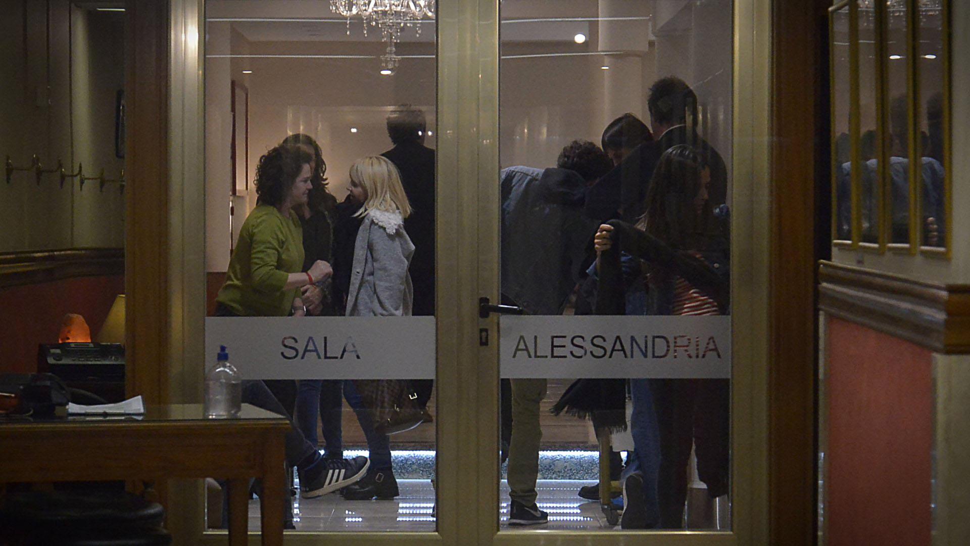 Florencia Blas hablando con Claudia Villafañe