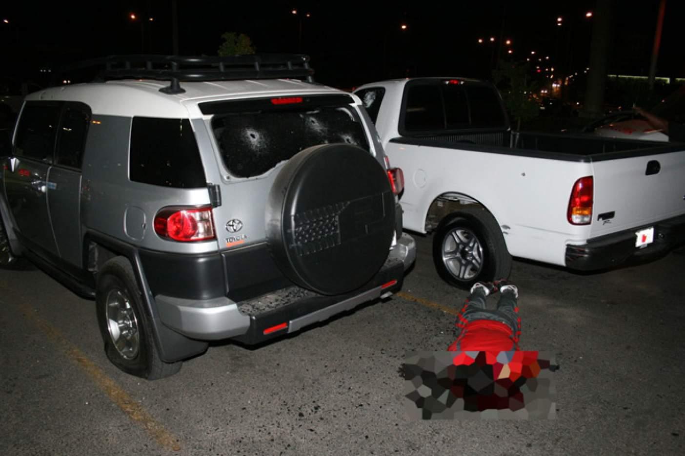 """El cuerpo sin vida de Édgar Guzmán López, hijo de """"El Chapo"""" Guzmán tendido en el piso del estacionamiento de un supermercado en Culiacán, Sinaloa (Gentileza: Diario Noroeste)"""