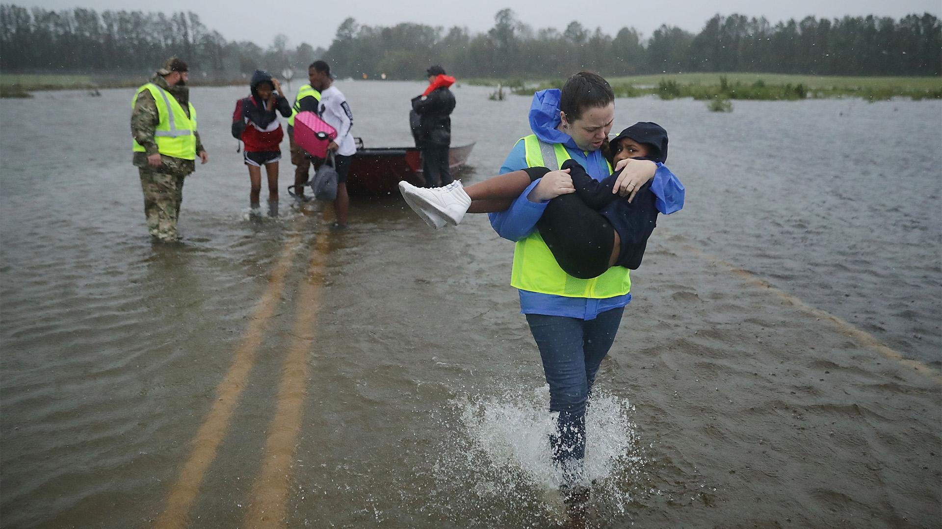 Los rescatistas trabajaron toda la noche para salvar a las personas que aún no se habían evacuado