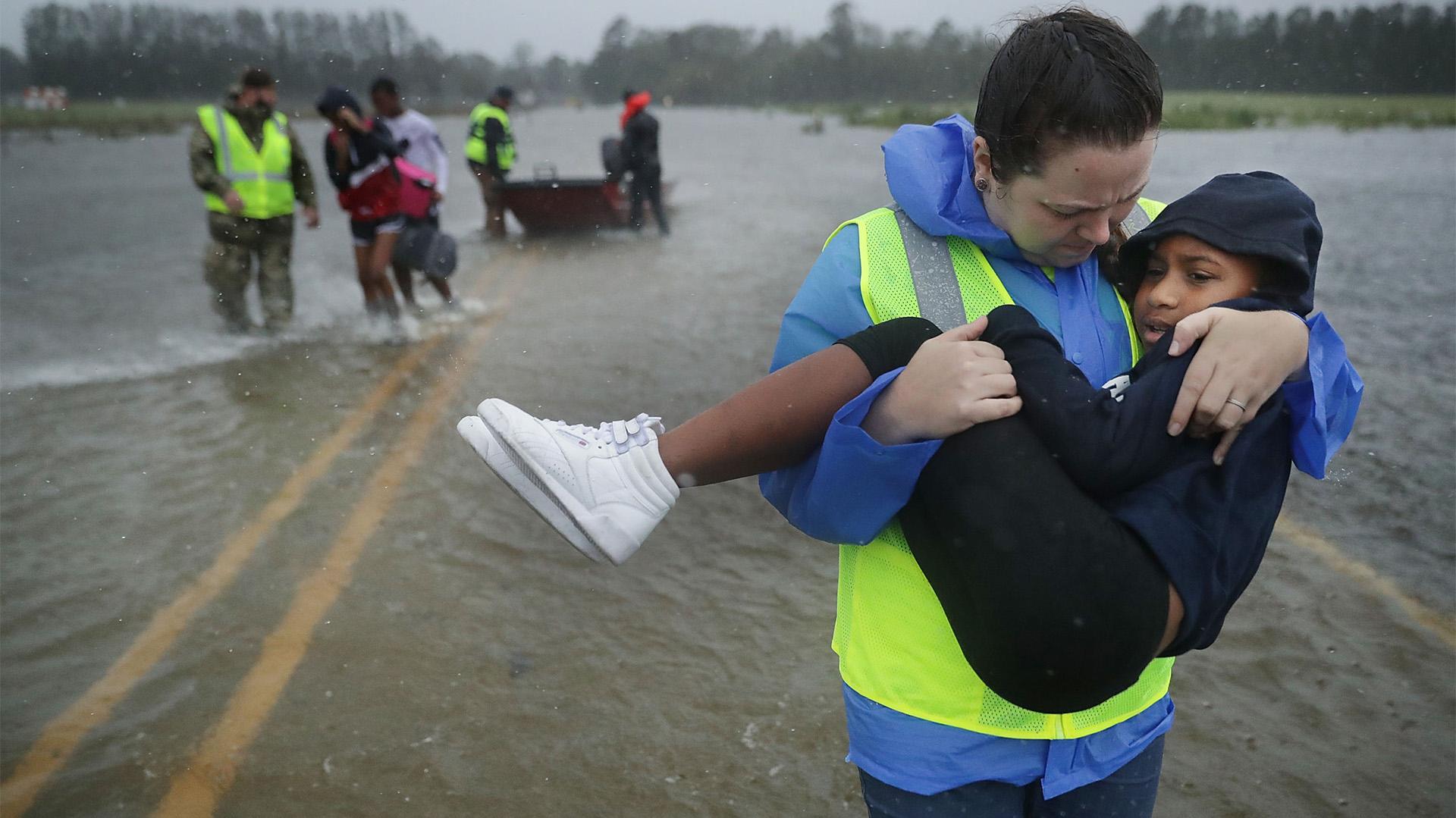 Un rescatista se lleva a un niño en brazos