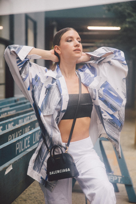 El vintage sigue siendo parte de una ola fashionista que llegó para quedarse. Volver a los guardarropas de los 90 nos inspira esta temporada. – camisa @tramandoar – falda @calandraoficial – minibag @louisvuitton – zapatillas @lousivuitton