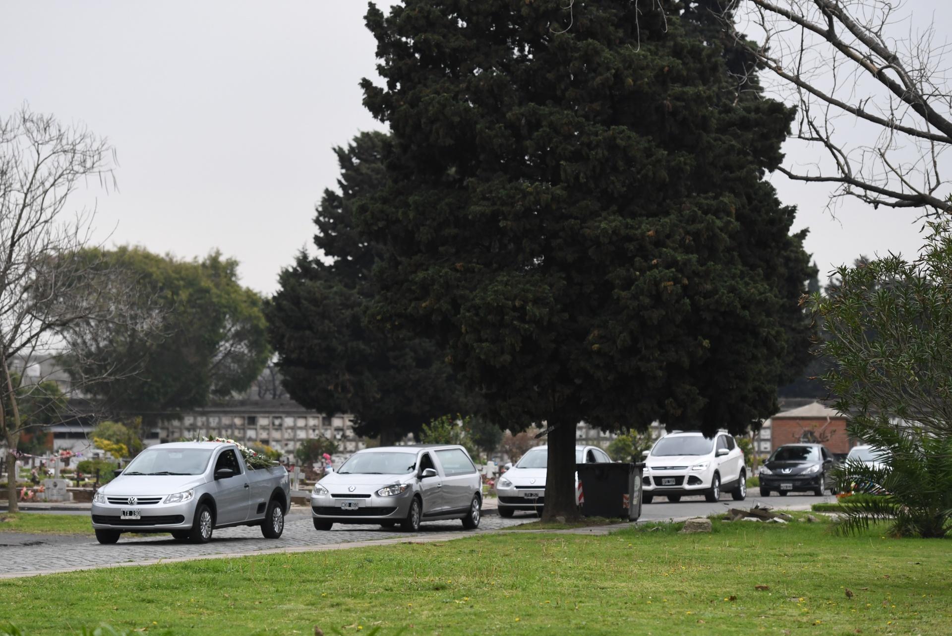 El cortejo fúnebre llegando al cementerio