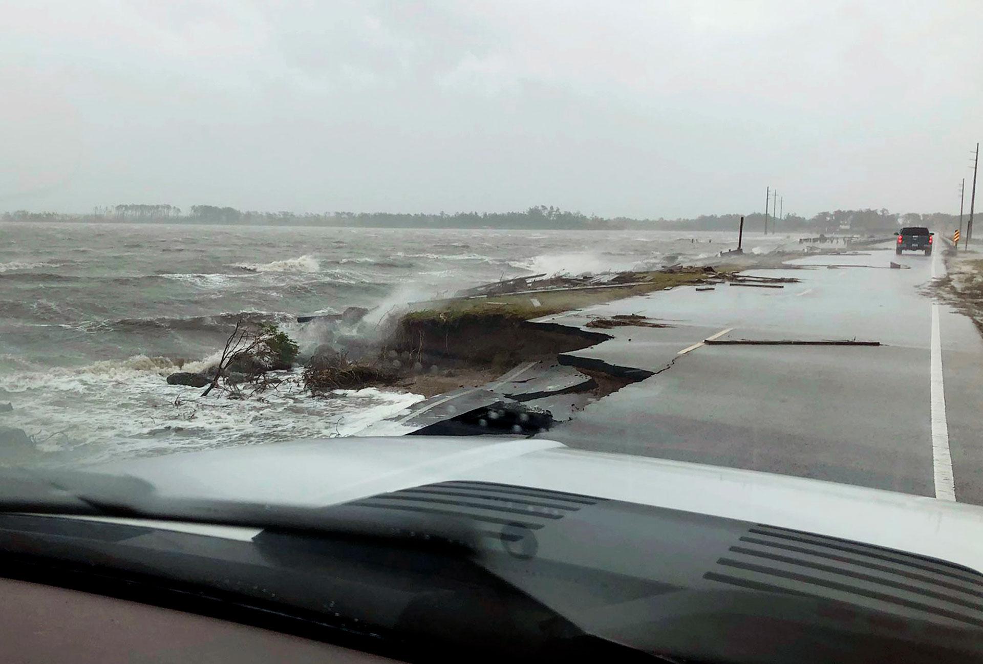 Uno de los caminos rotos por la fuerza de las olas (AP)