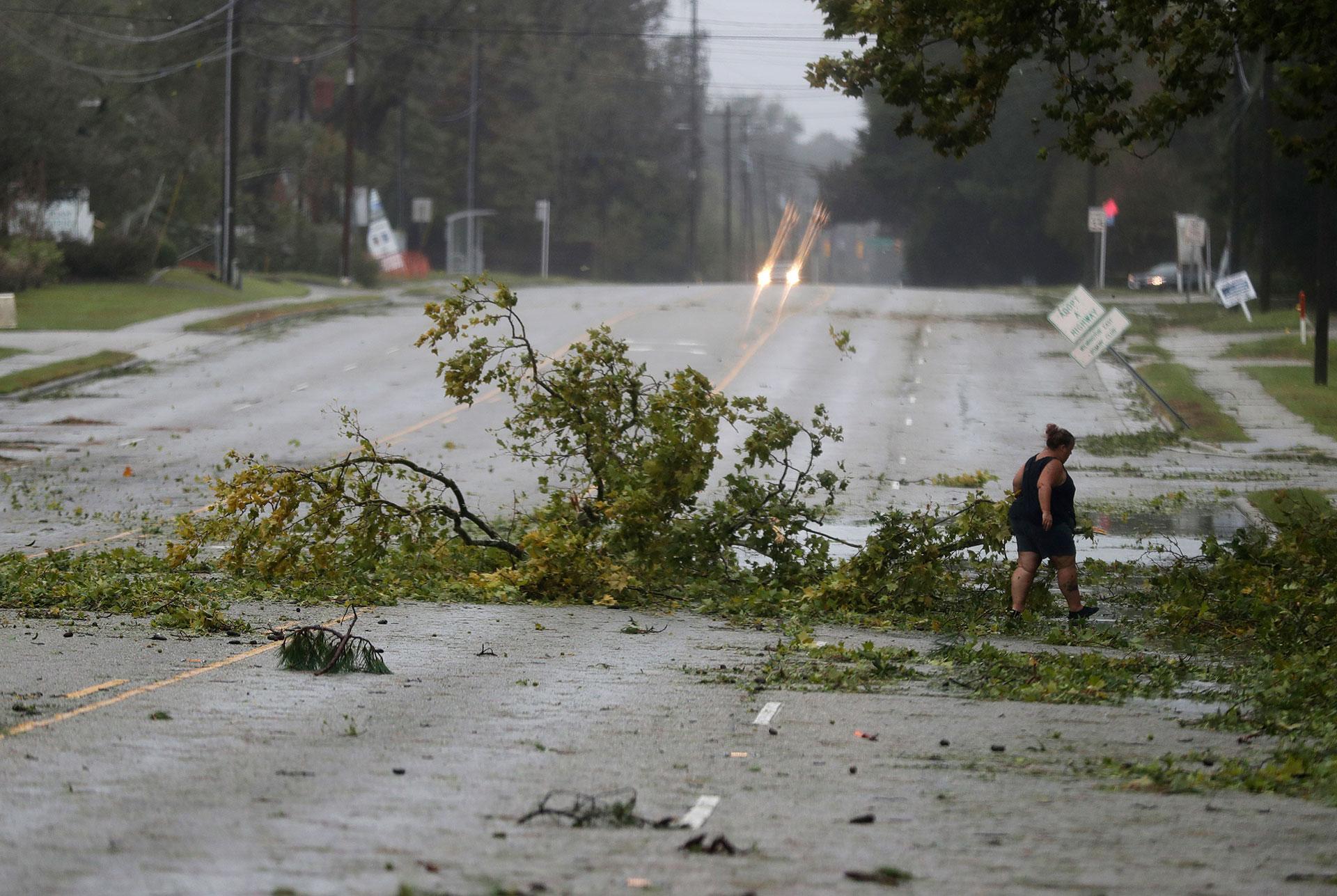 Una mujer recorre sola las calles tras el pasó del huracán (AP)