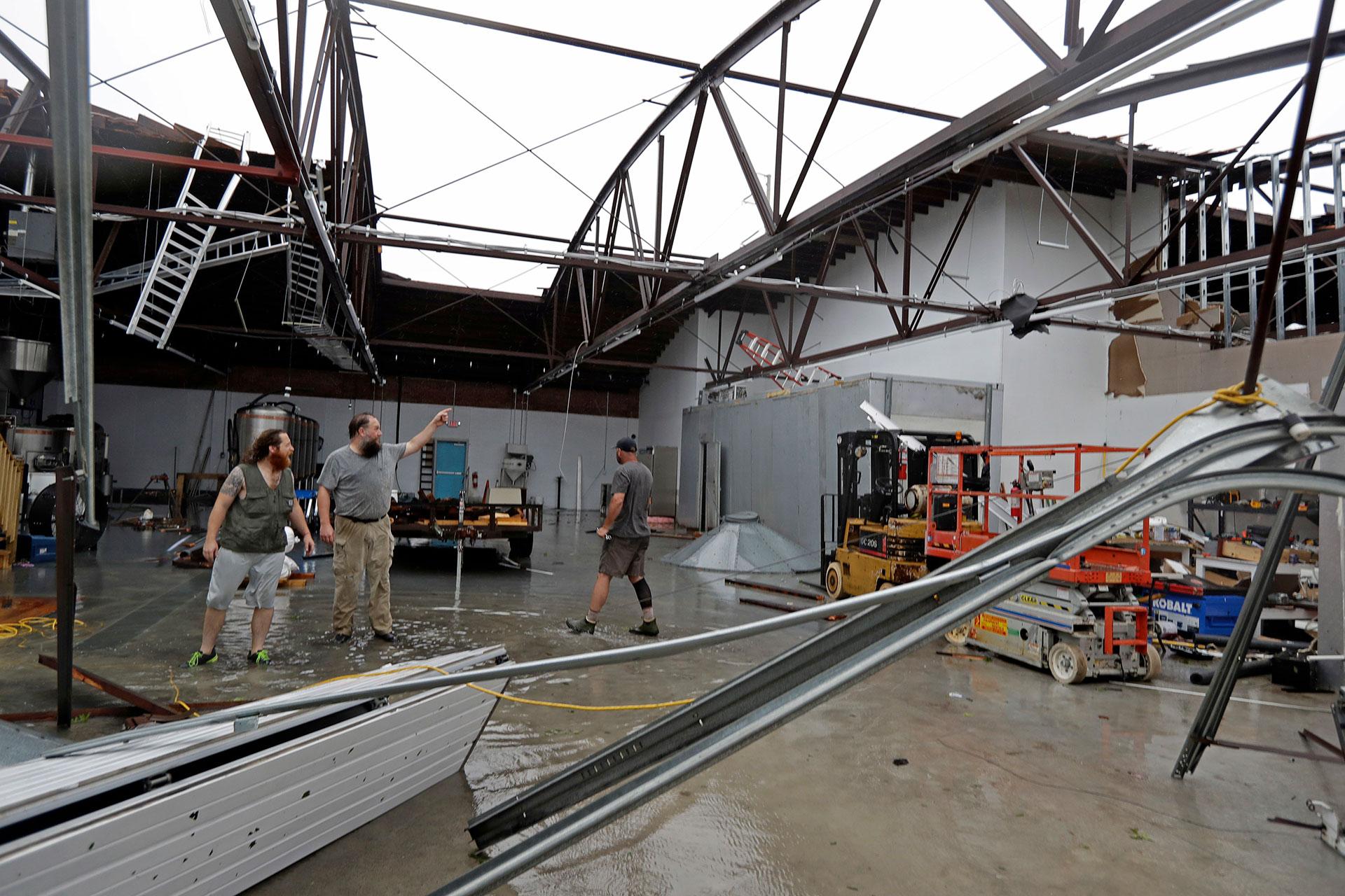 La gente observa los daños que dejó Florence (AP)