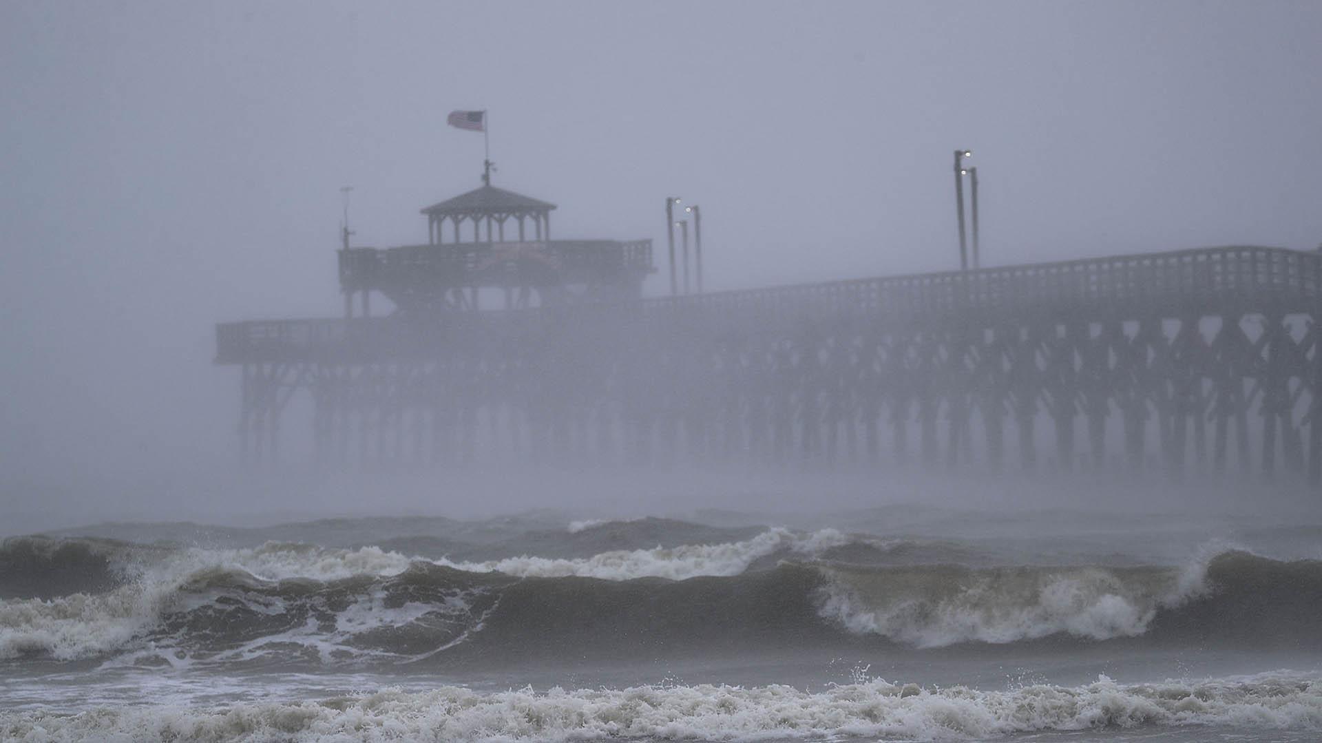 Las olas creadas por el huracán Florence impactan contra el muelle de Cherry Grove, en North Myrtle Beach, Estados Unidos, el 14 de septiembre