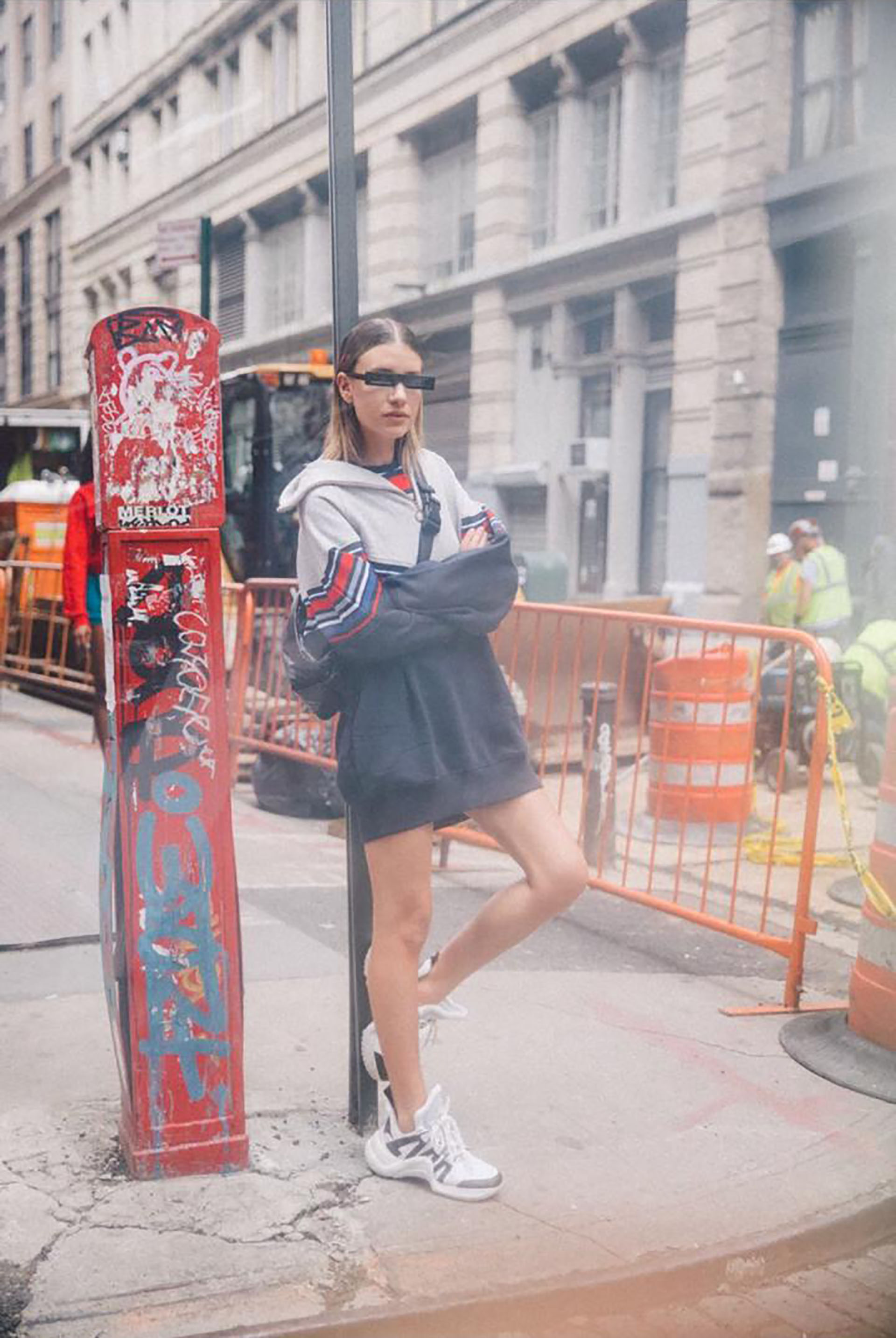 """Las zapatillas deportivas """"feas"""" son la tendencia que implica un regreso a la anti-moda de los años 90 y seguirá vigente durante todo el año. Total look by GigixTommy"""