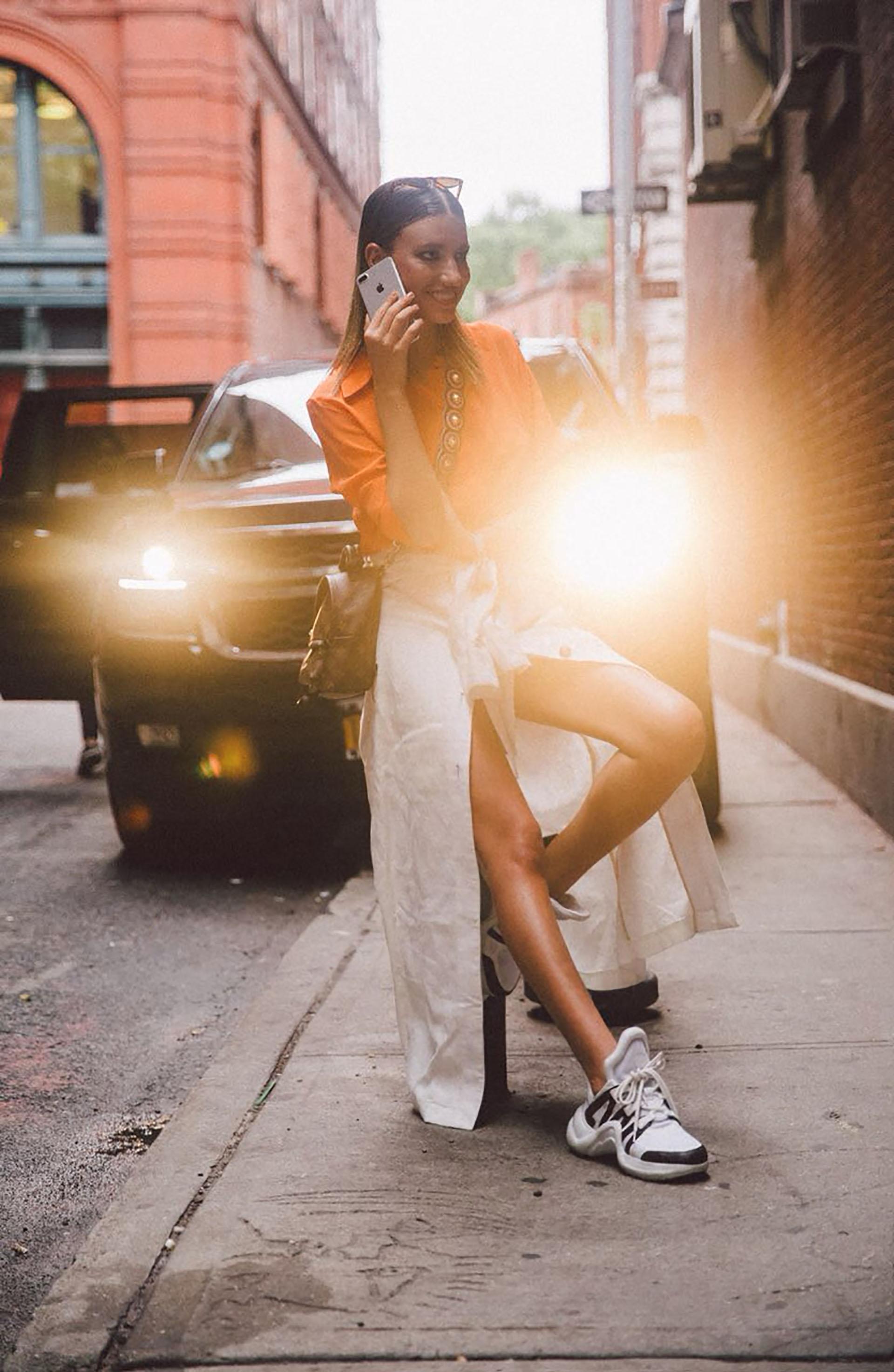 El vintage sigue siendo parte de una ola fashionista que llegó para quedarse. volver a los guardarropas de los 90′ nos inspira esta temporada. – camisa @trosman_oficial – falda @calandraoficial – minibag @louisvuitton – zapatillas @lousivuitton